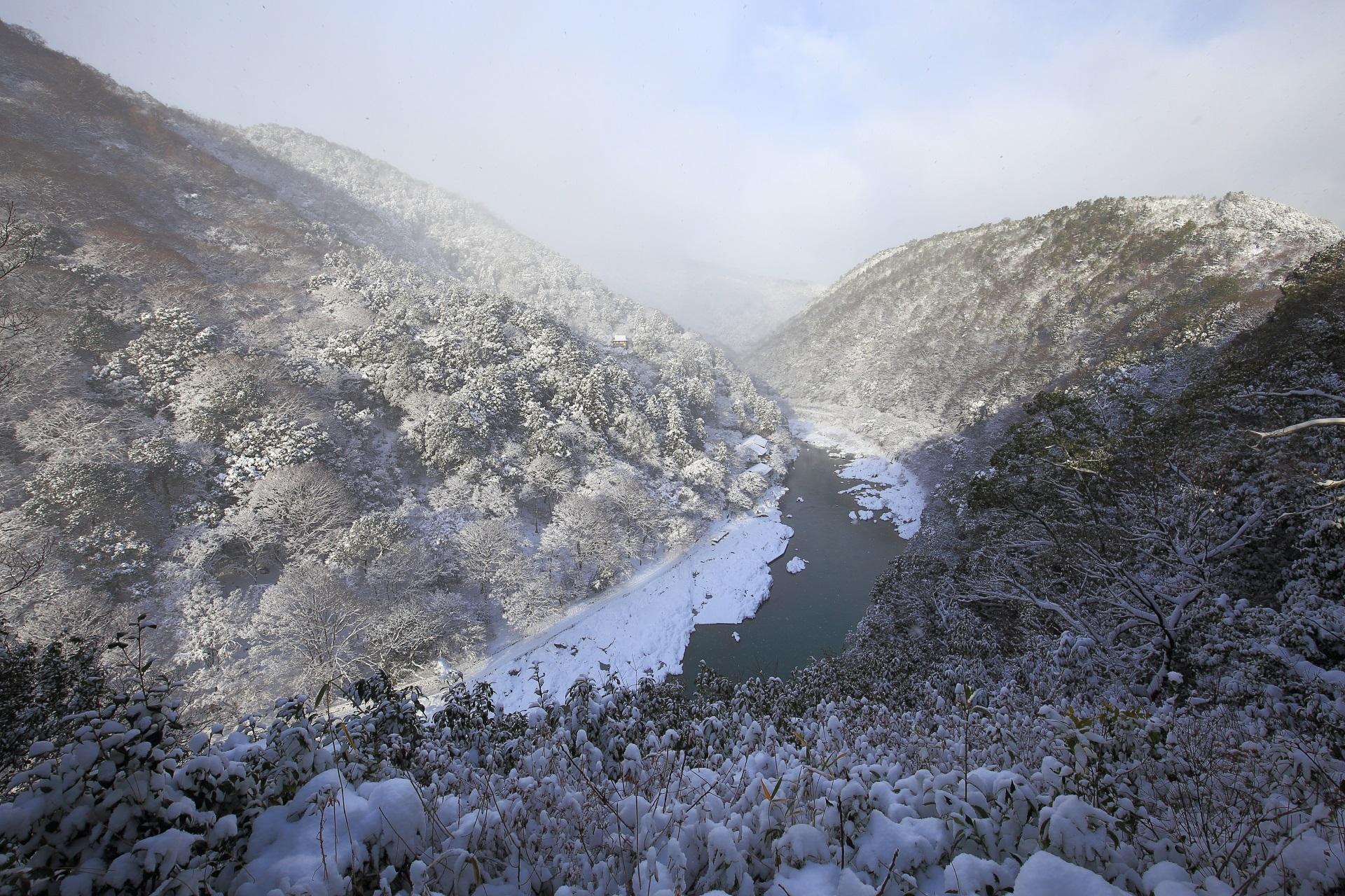 展望台から眺めた嵐山と保津峡の雪景色