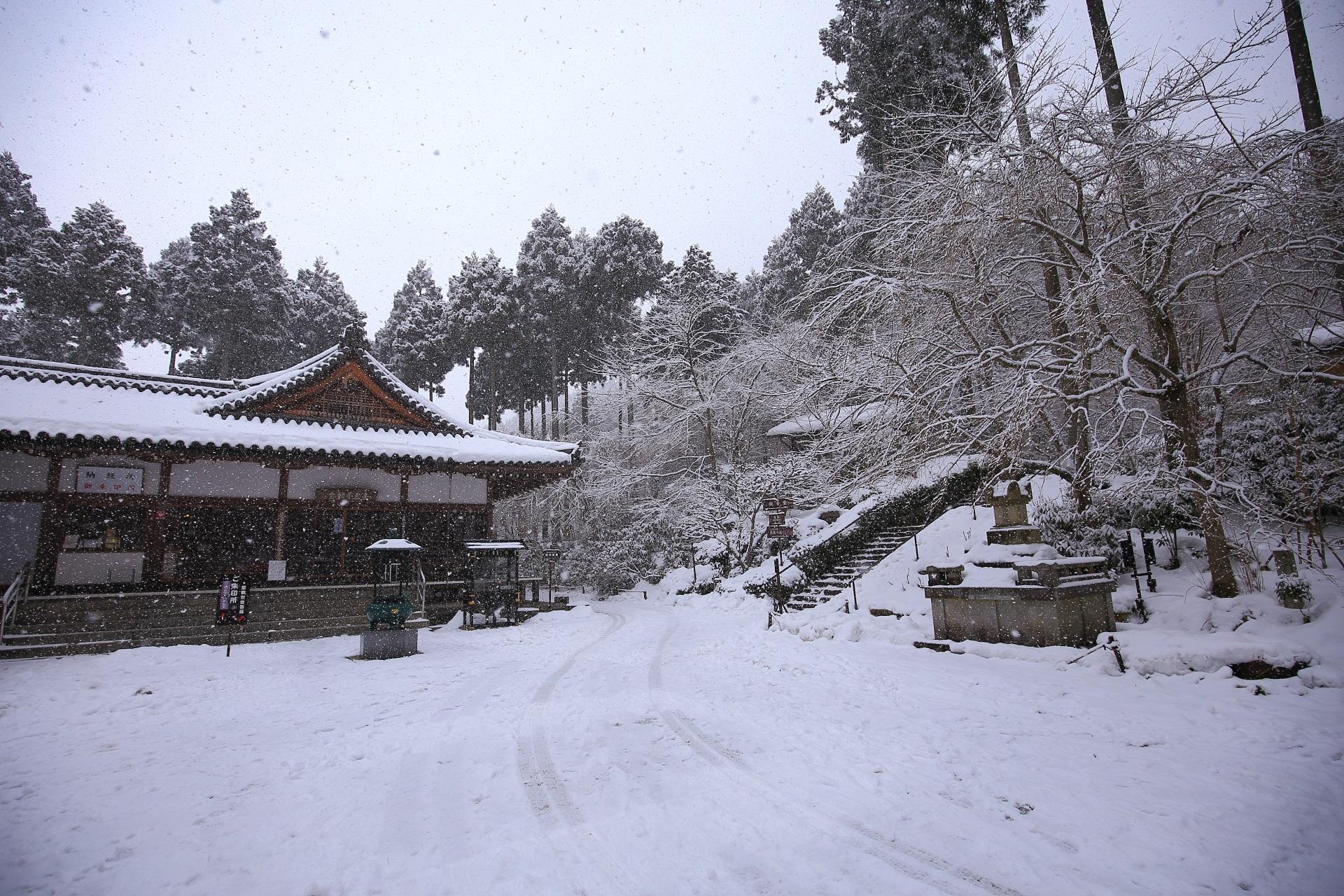 金色不動堂の雪景色