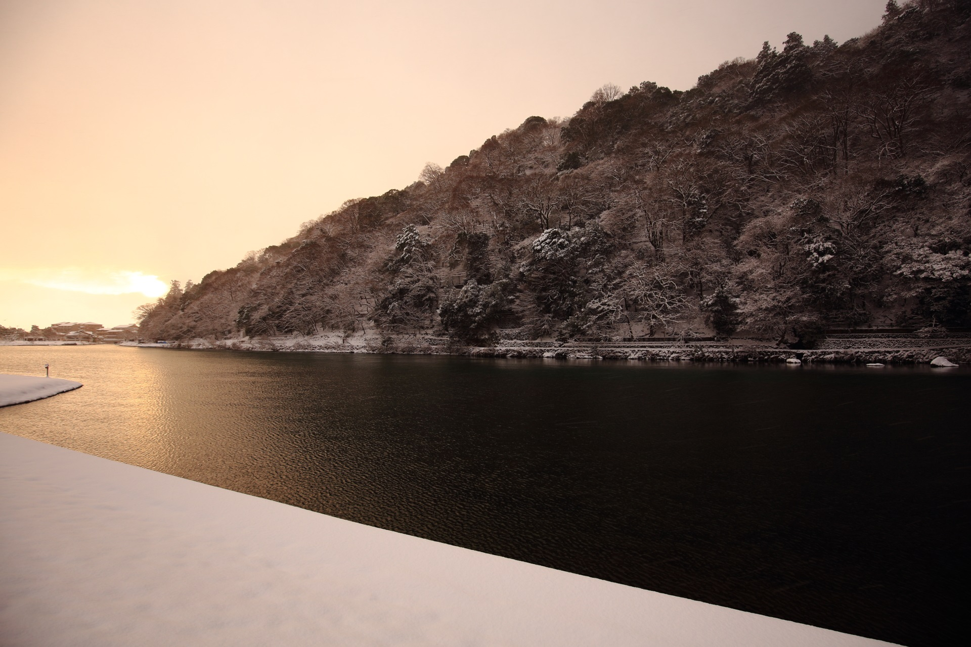 桂川の淡い朝焼けと雪景色