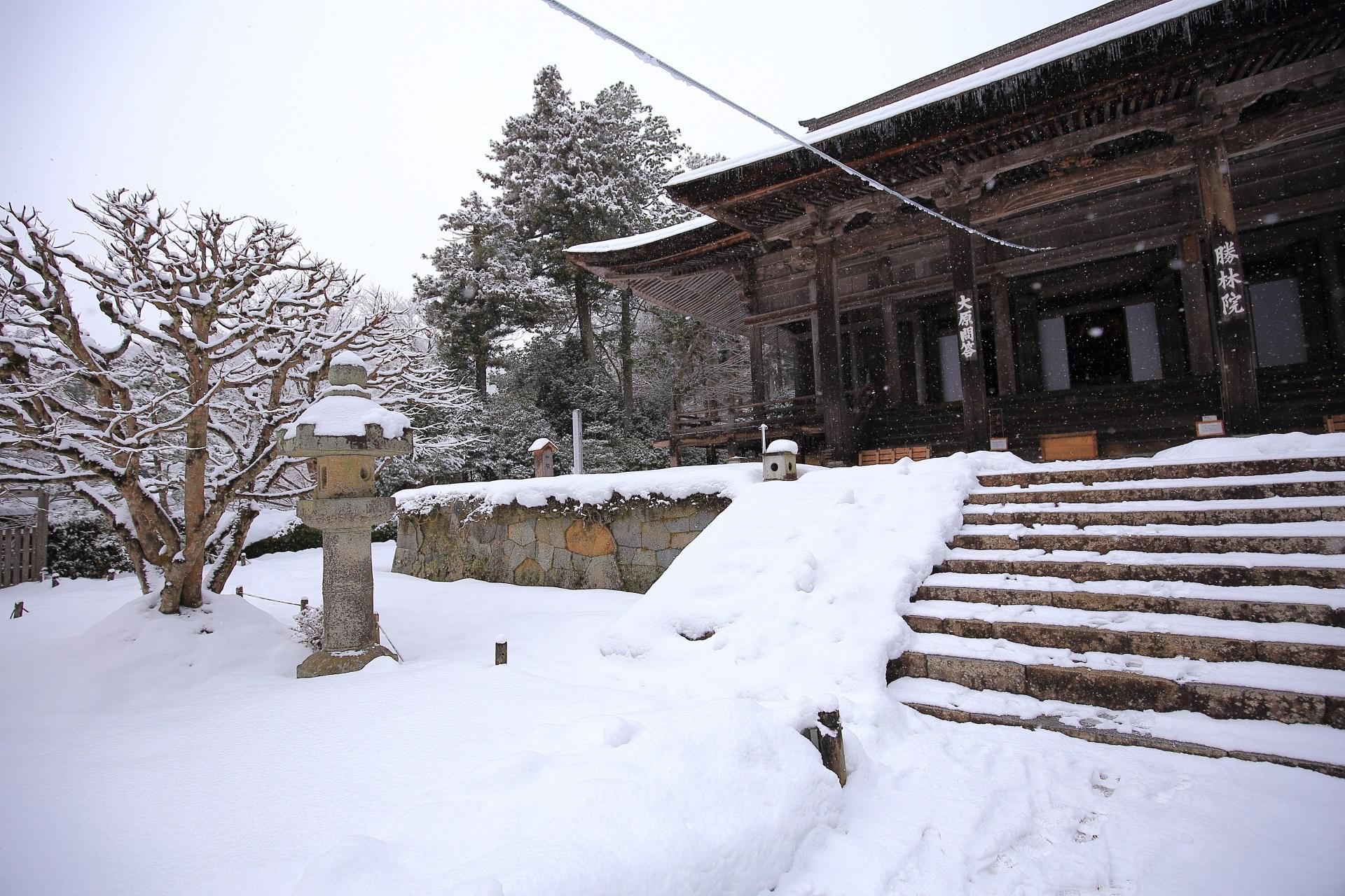 雪がいっぱいの勝林院の本堂