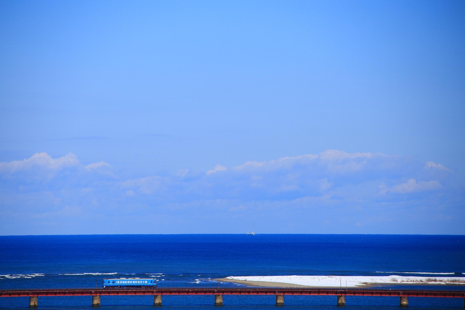 海の上を走る京都丹後鉄道と雪の由良川橋梁
