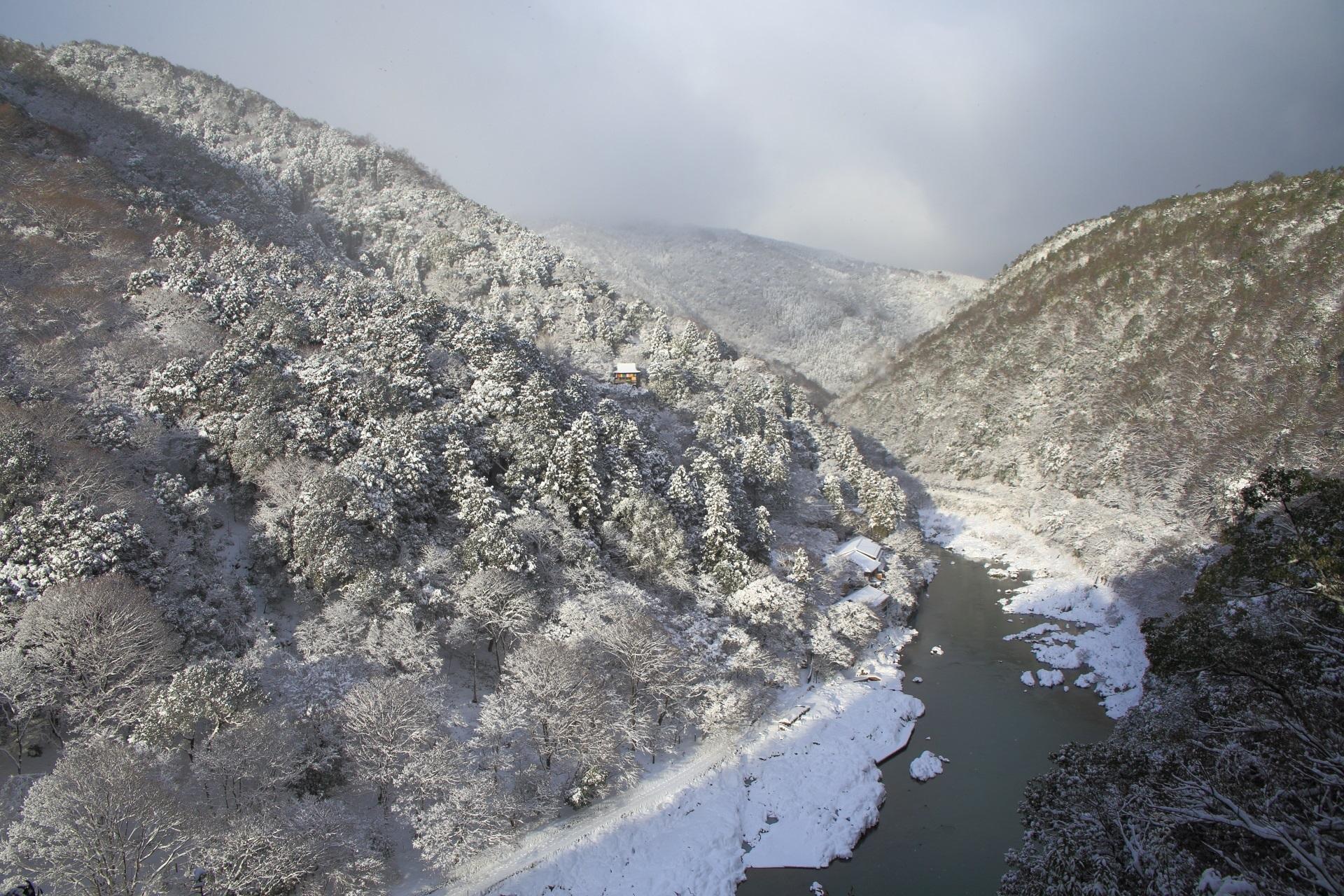雪の止んだ合間の一面雪景色の嵐山