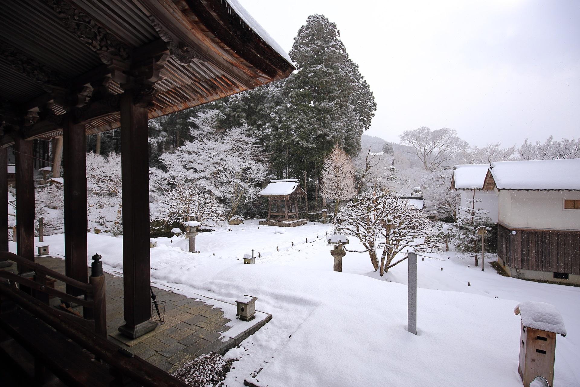 本堂の上から眺めた雪景色の勝林院