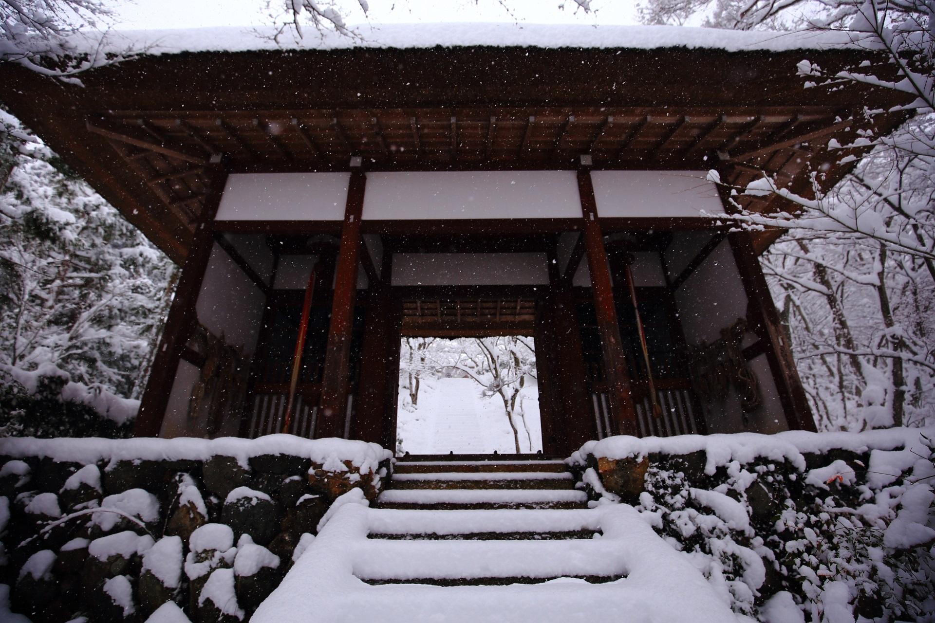 山門から本堂へ続く石段の雪景色