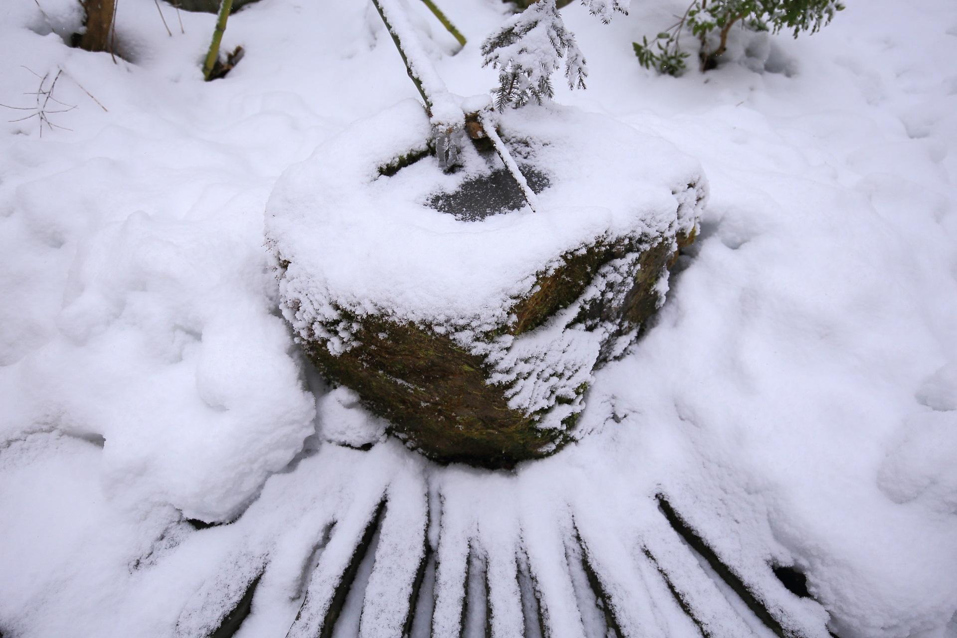 真っ白な雪におおわれた宝泉院の蹲