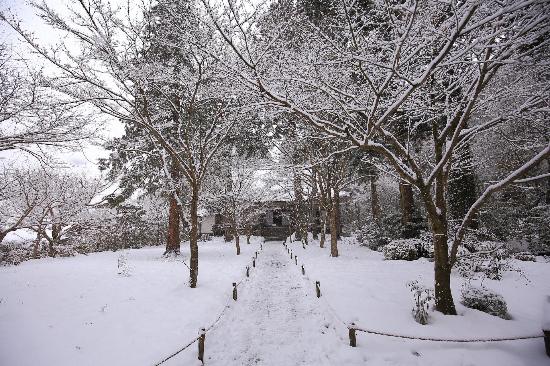三千院の宸殿の雪景色