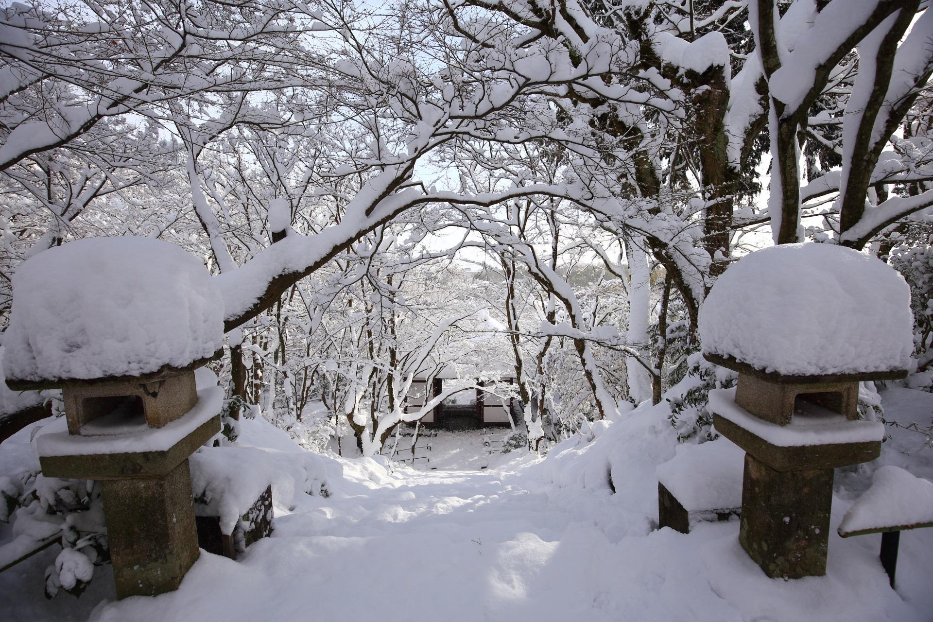 灯篭にも雪がいっぱい積もる嵯峨野の常寂光寺(じょうじゃっこうじ)