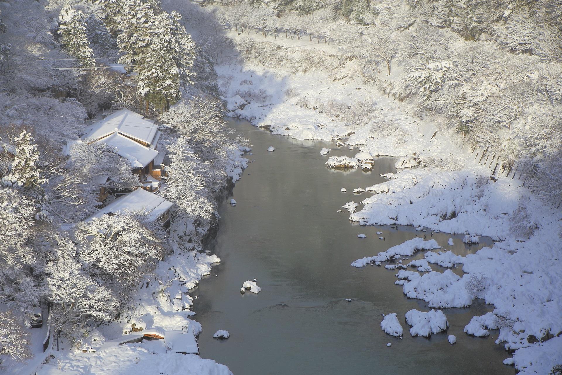真っ白な雪景色の保津川と保津峡