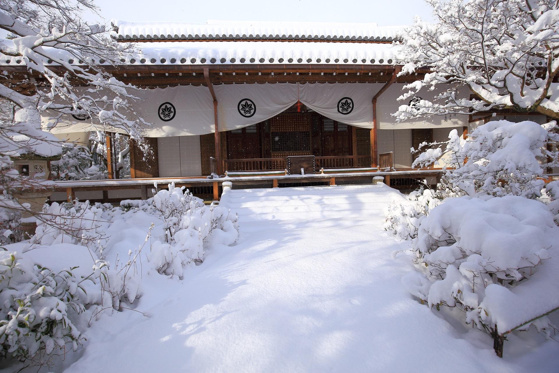 常寂光寺の本堂の雪景色