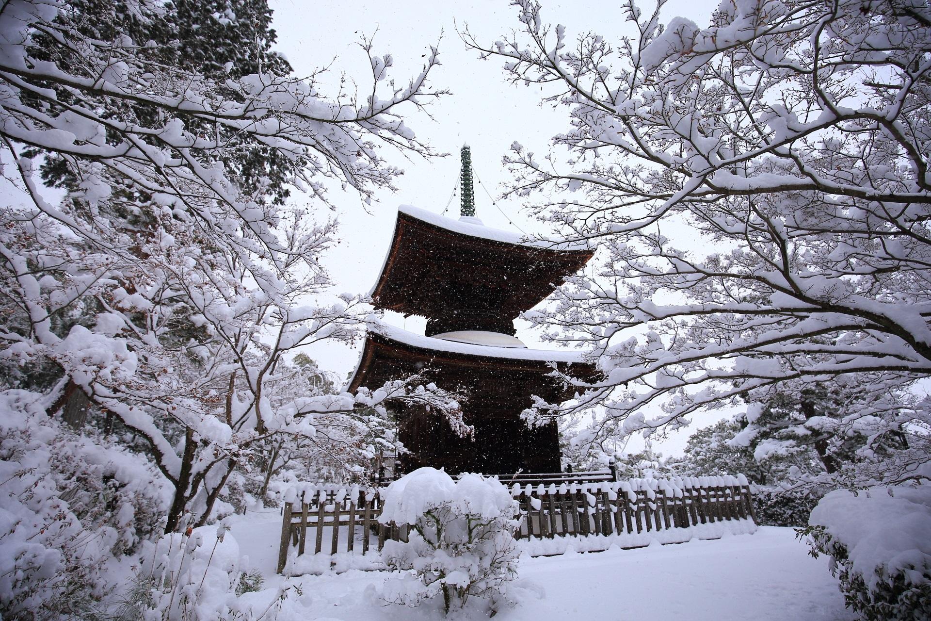 常寂光寺の絵になる雪景色