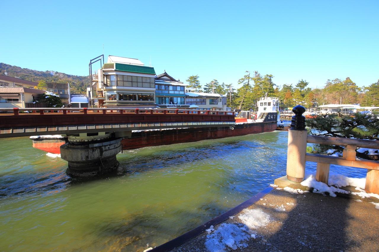 船が通る道を作る天橋立の廻旋橋