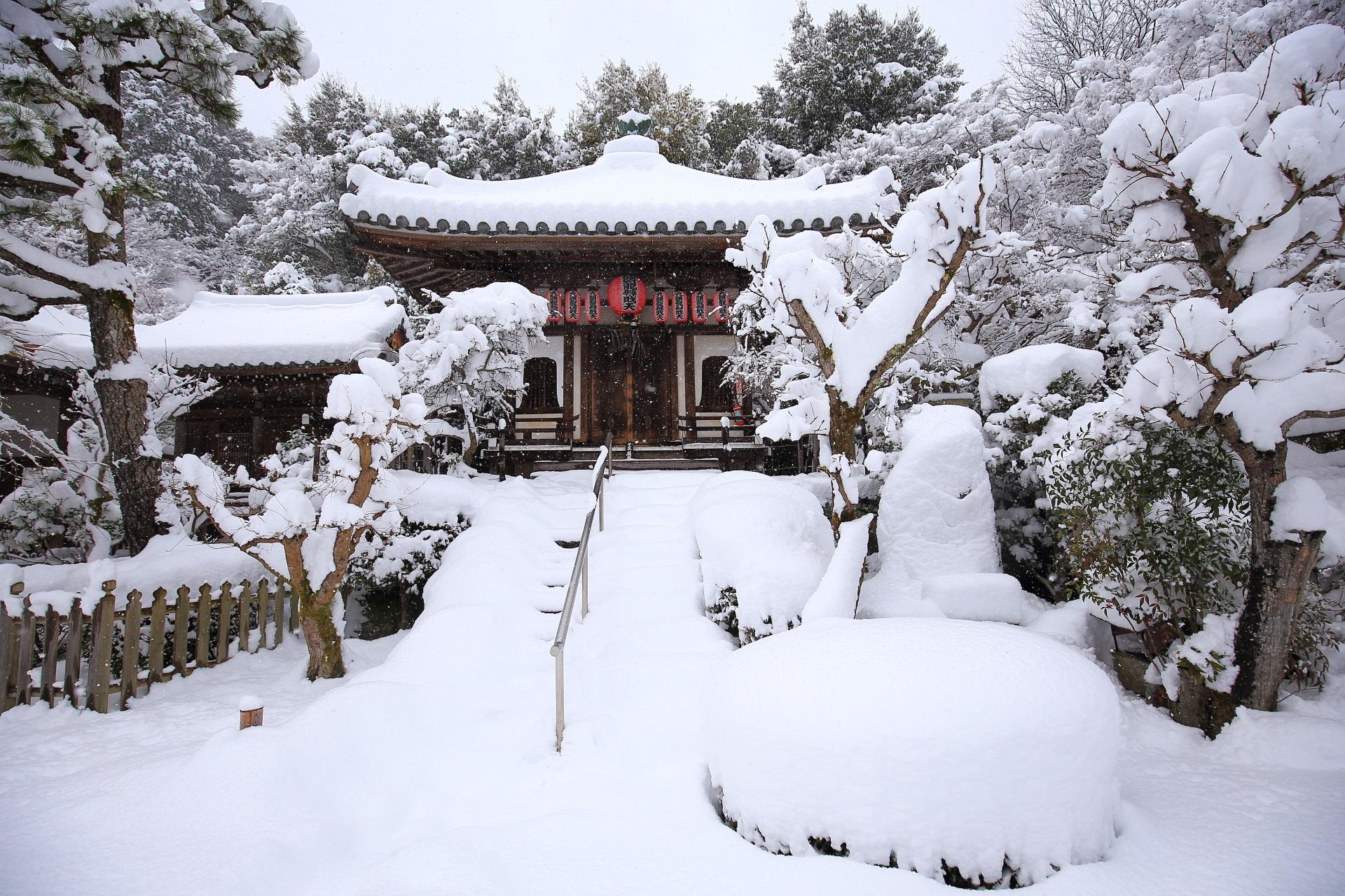 豪快な雪につつまれた九頭龍弁財天