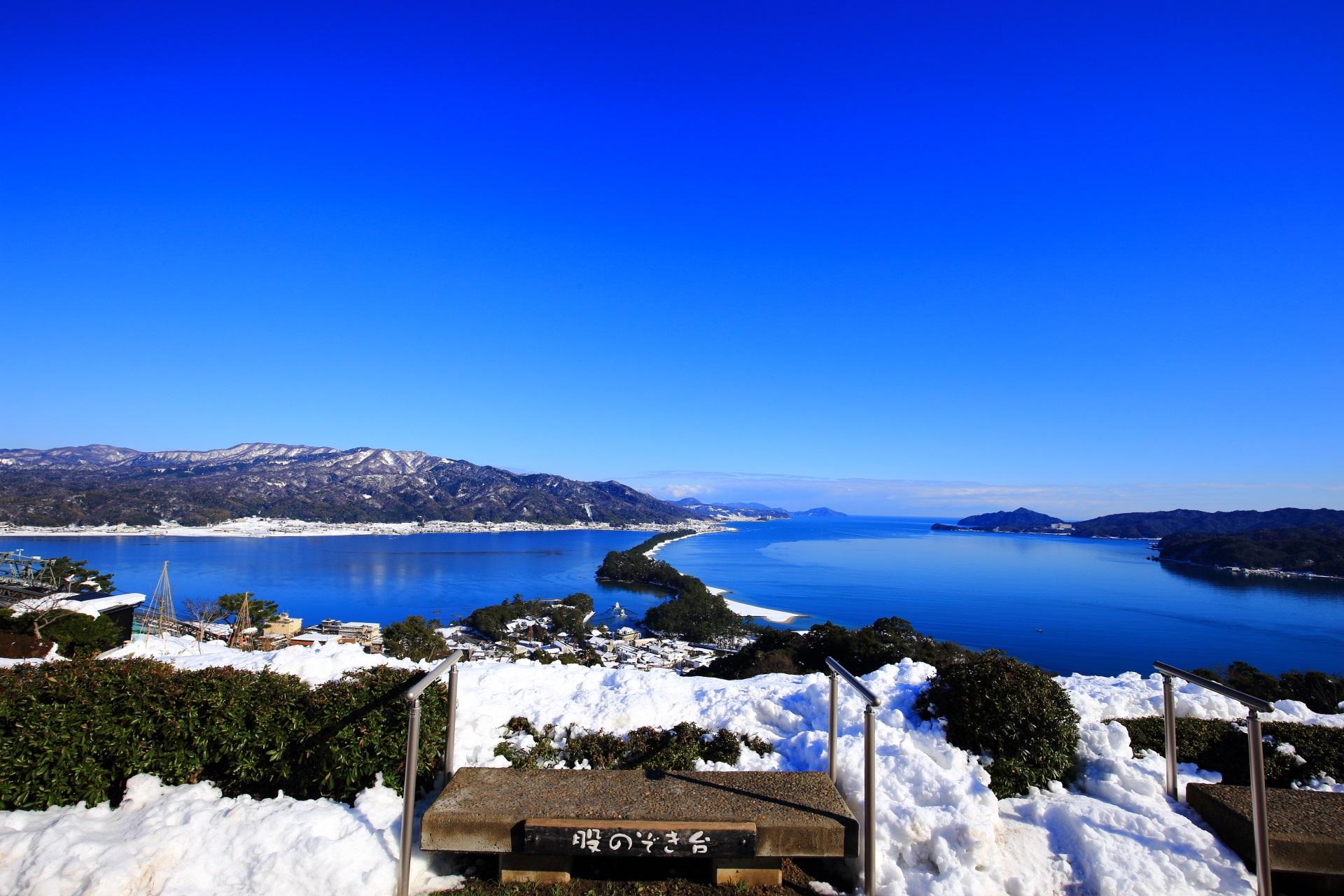 股のぞき台と見渡す限り見事な青空と青い海