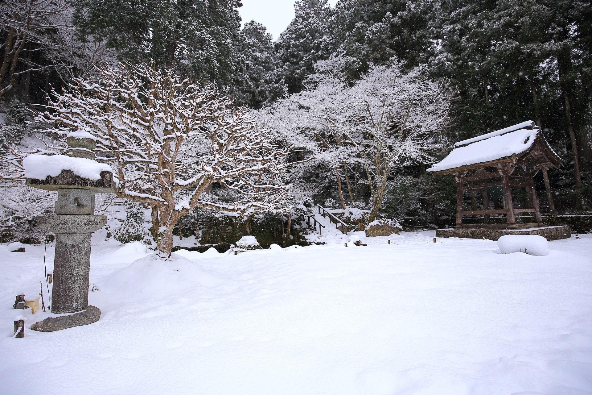 木の枝にも見事に雪が積もる勝林院と鐘楼
