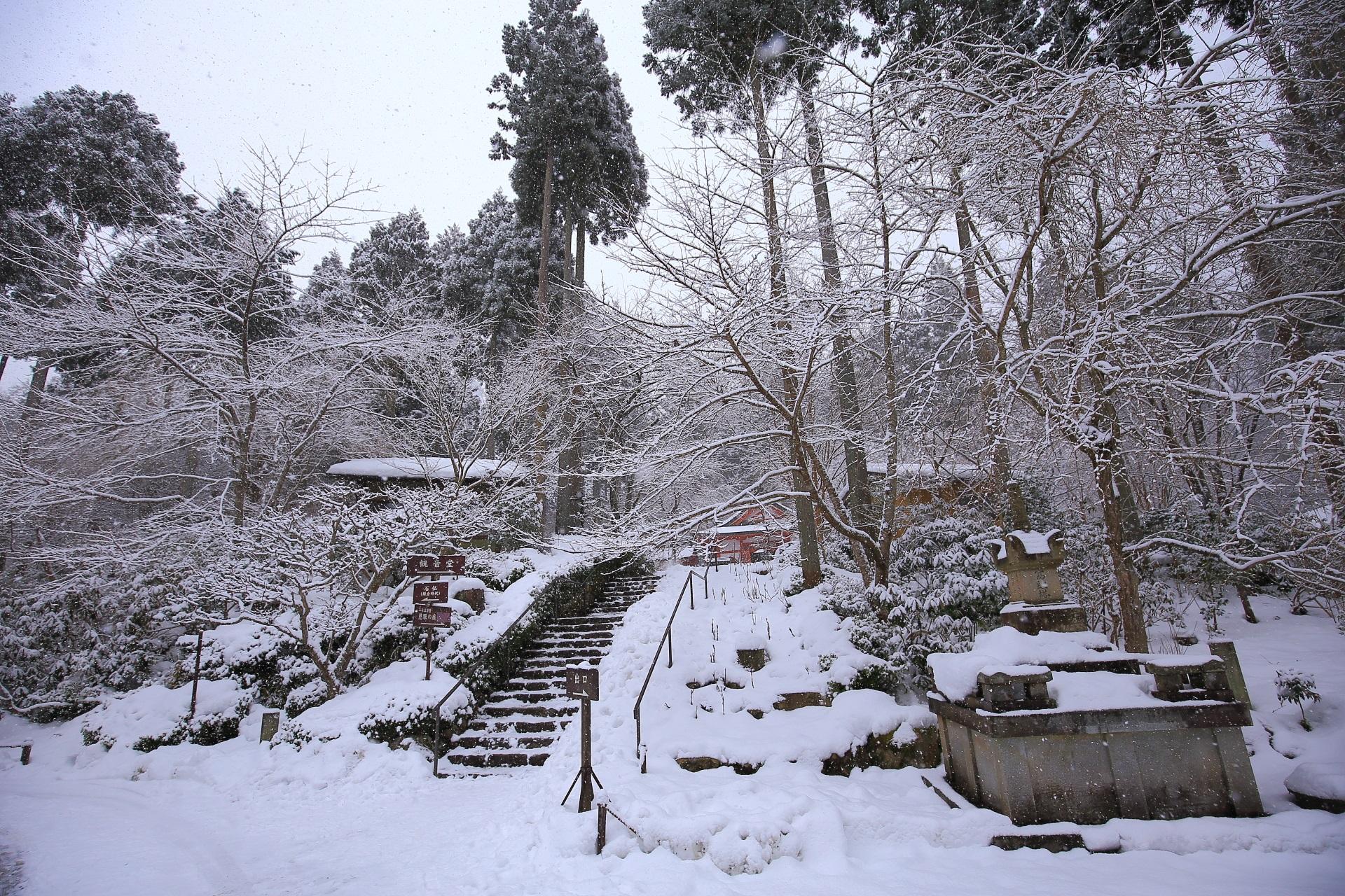 雪につつまれた観音堂