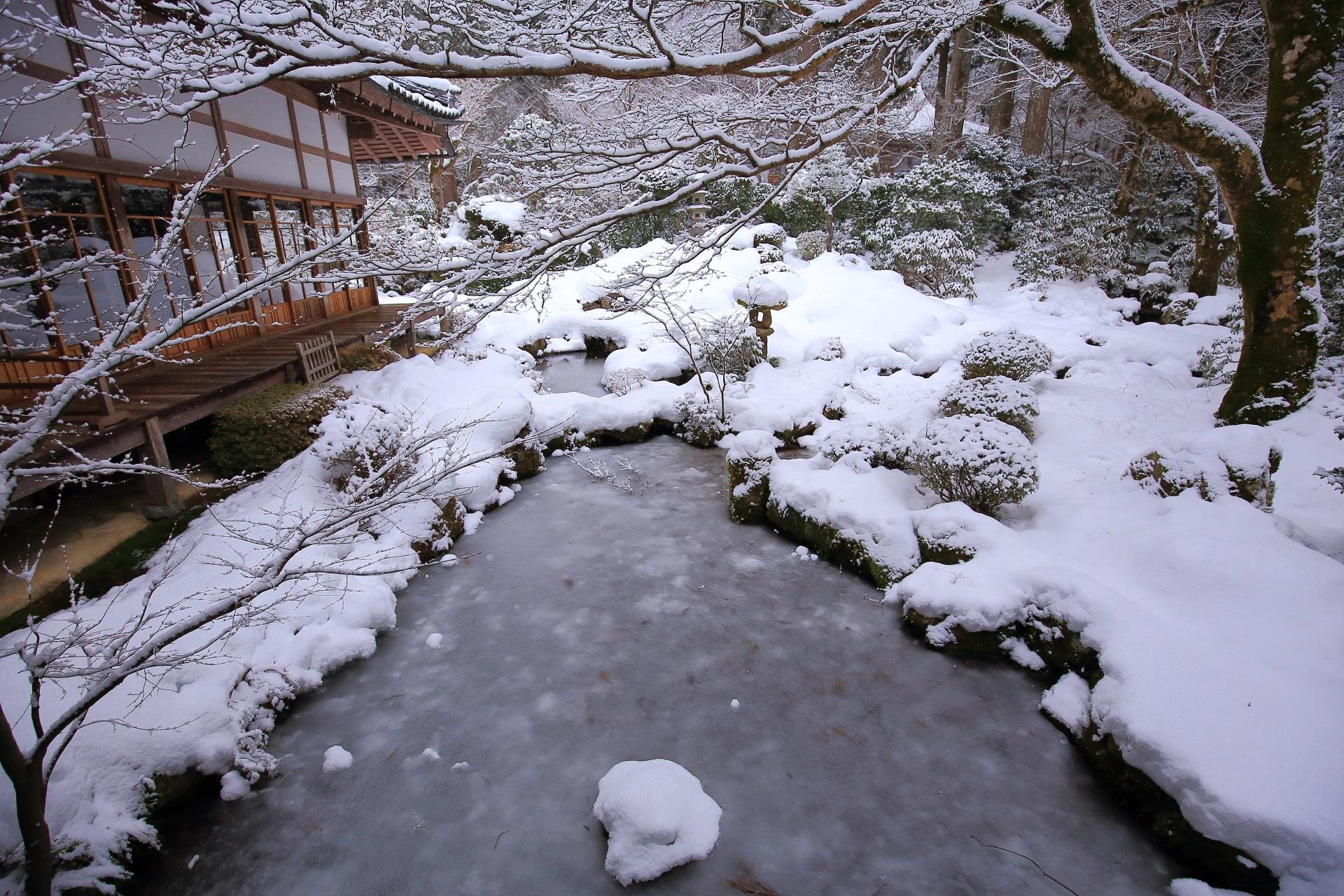 雪と氷につつまれた冬の三千院