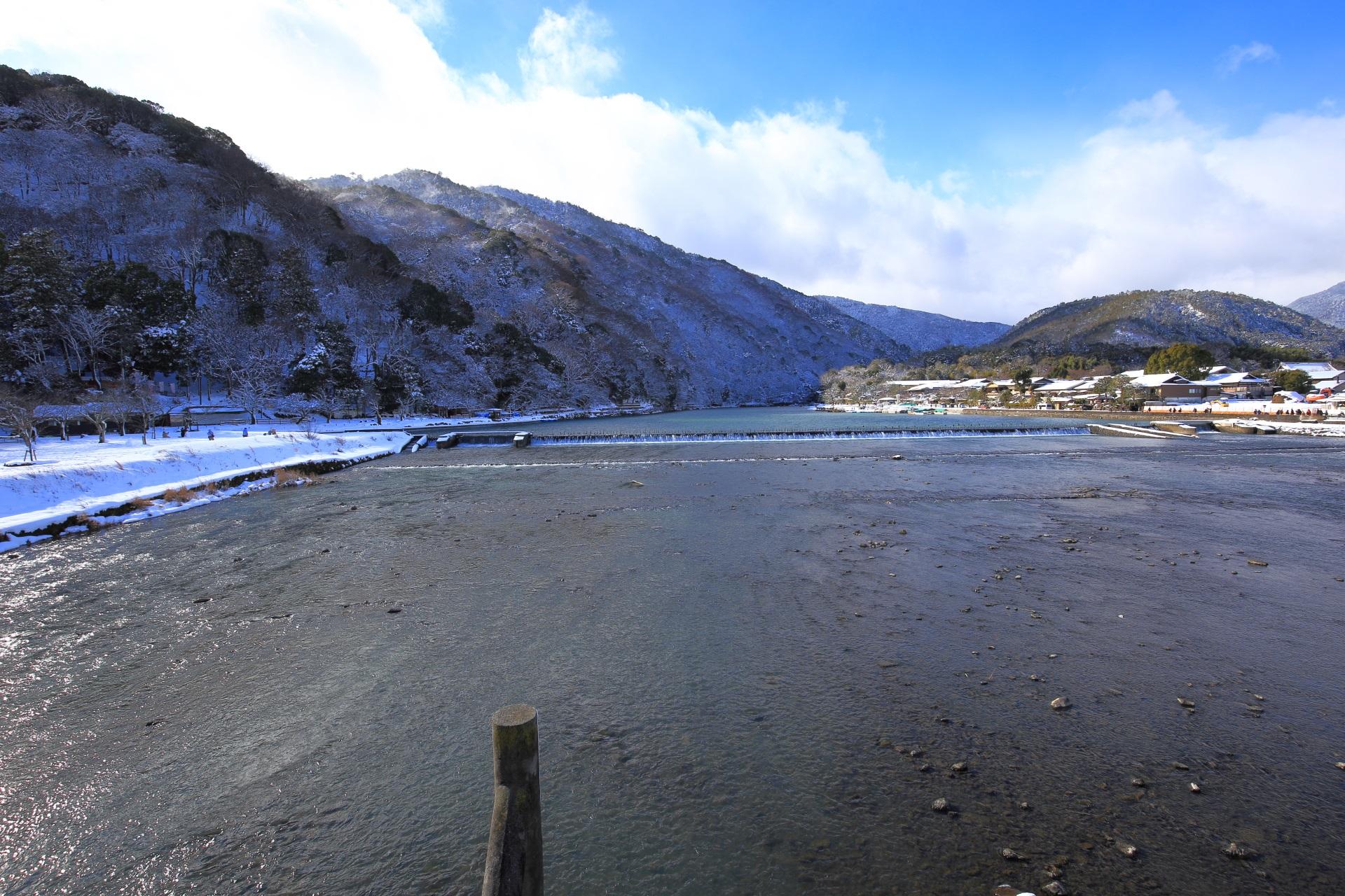 素晴らしい保津川と嵐山の雪景色と青空