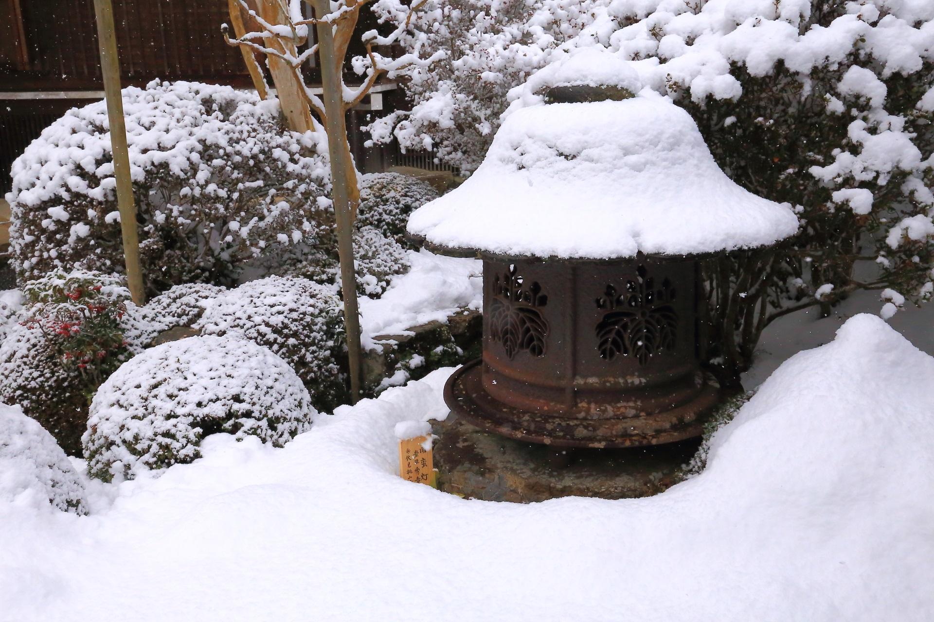 雪のかぶった「雪見灯籠」