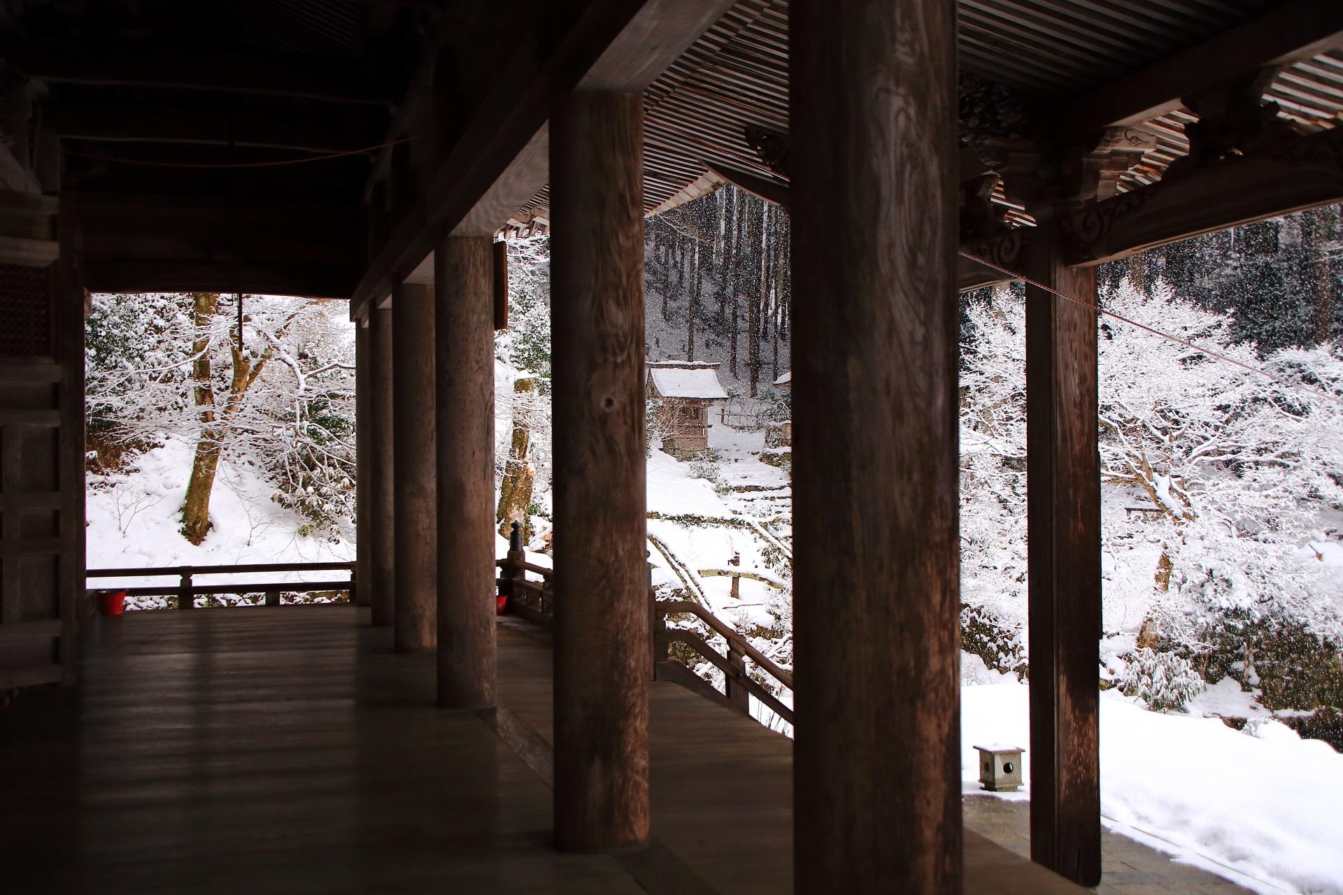 柱越しに眺めた本堂横の雪景色