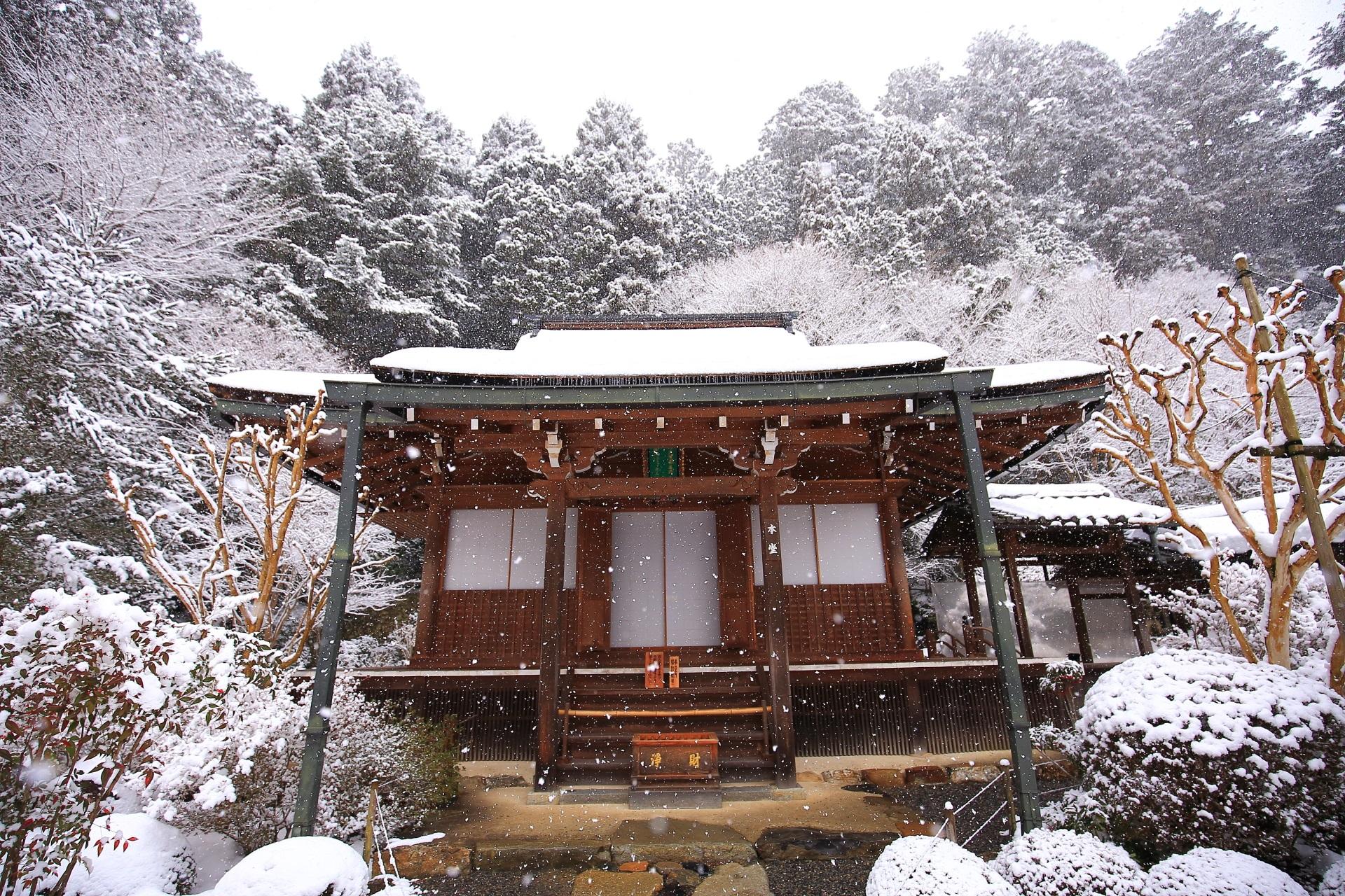 寂光院の本堂の雪景色