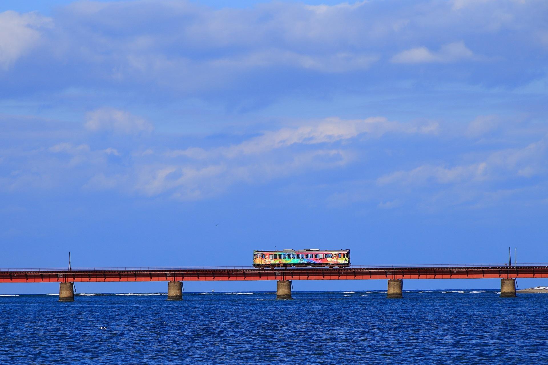 海の上を走る虹色の京都丹後鉄道
