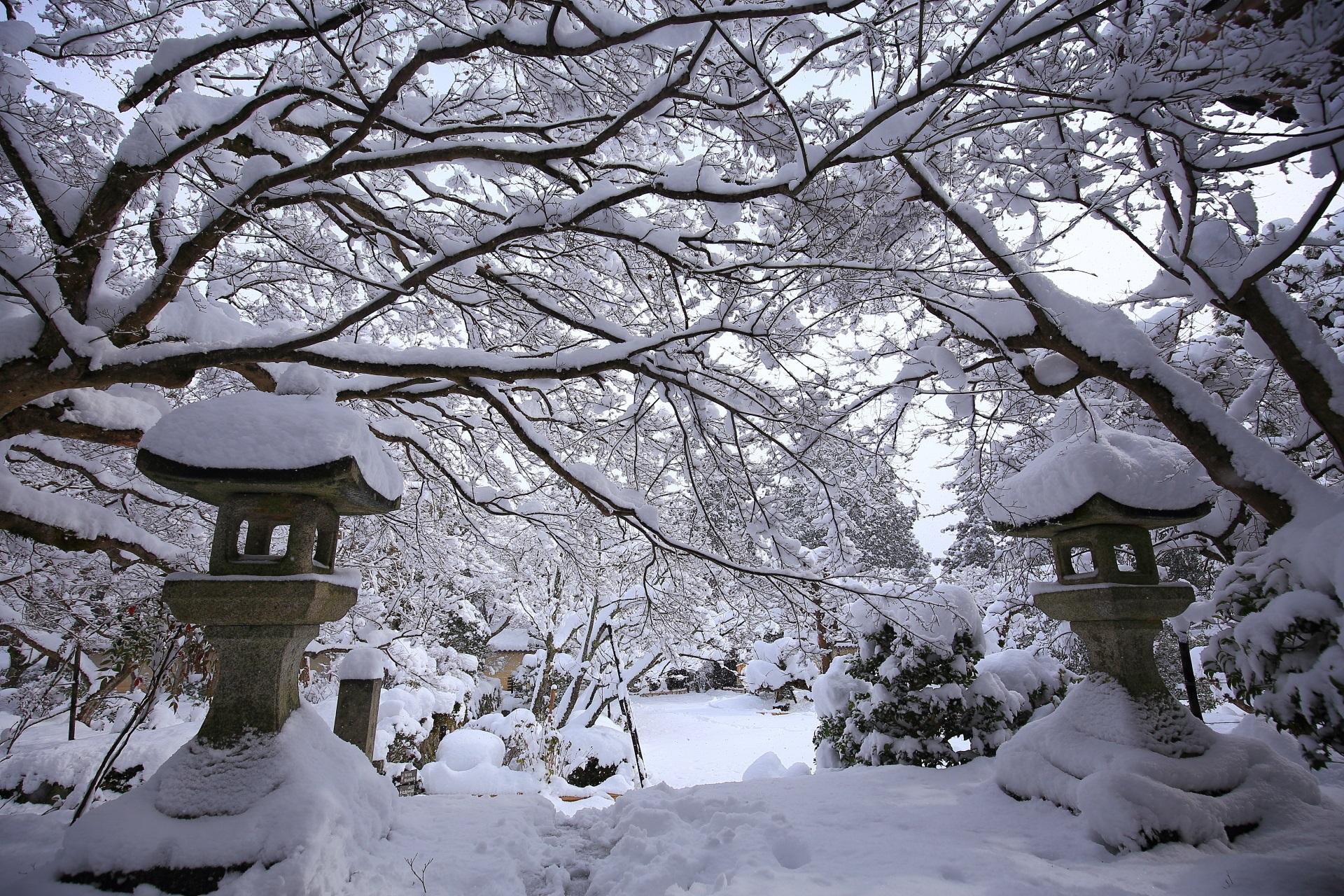 真っ白な雪につつまれた灯篭