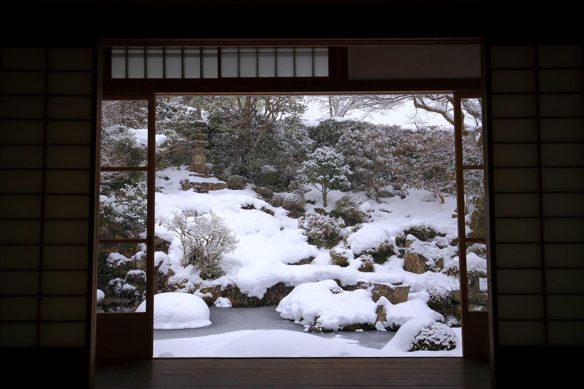 池泉式の風情ある雪の庭園