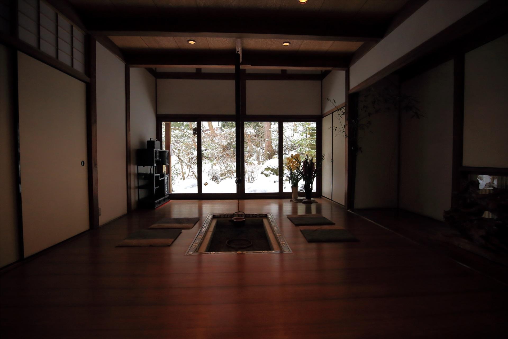囲炉裏の部屋の雪景色