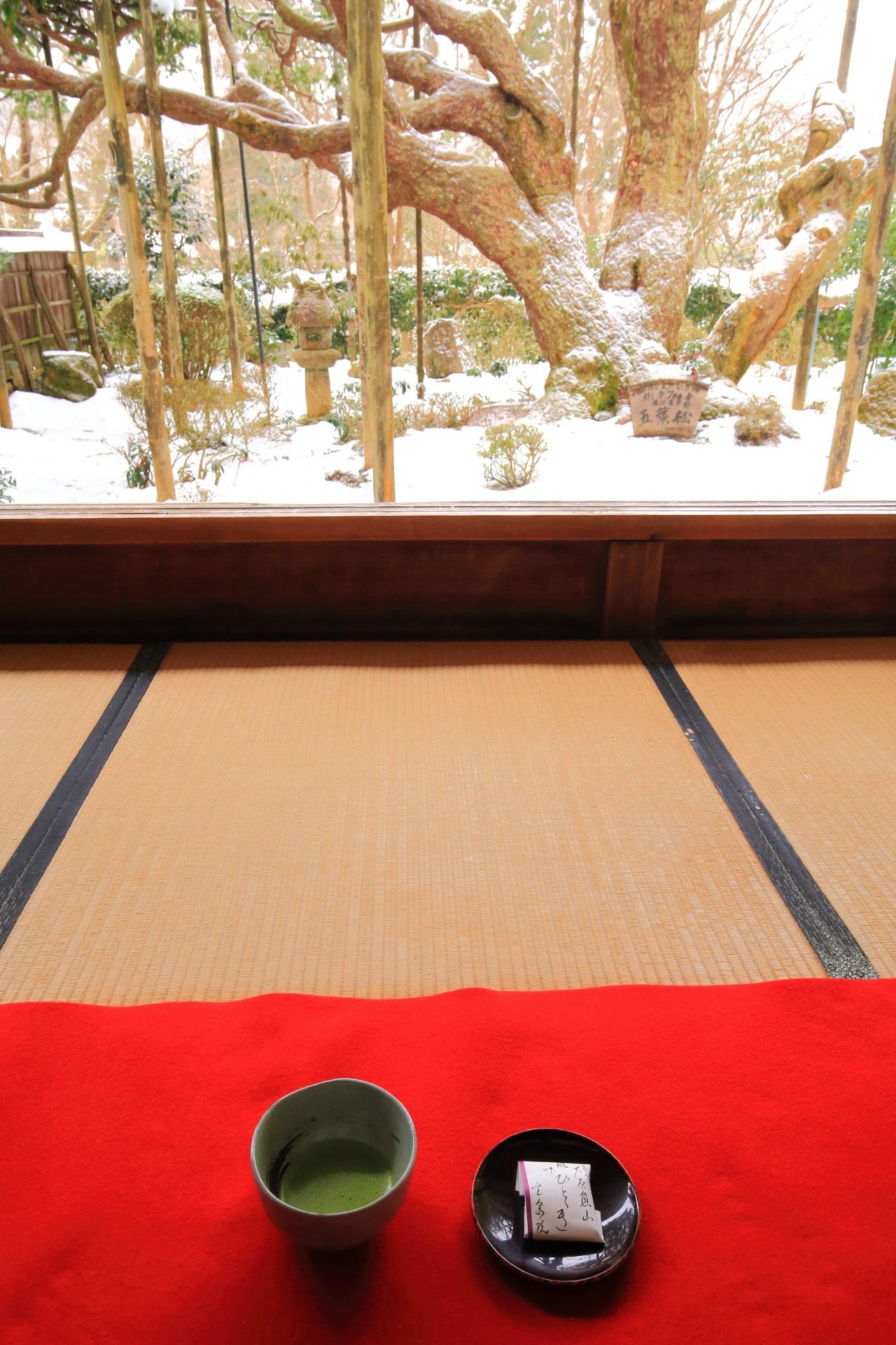 大原宝泉院の雪の額縁庭園と抹茶