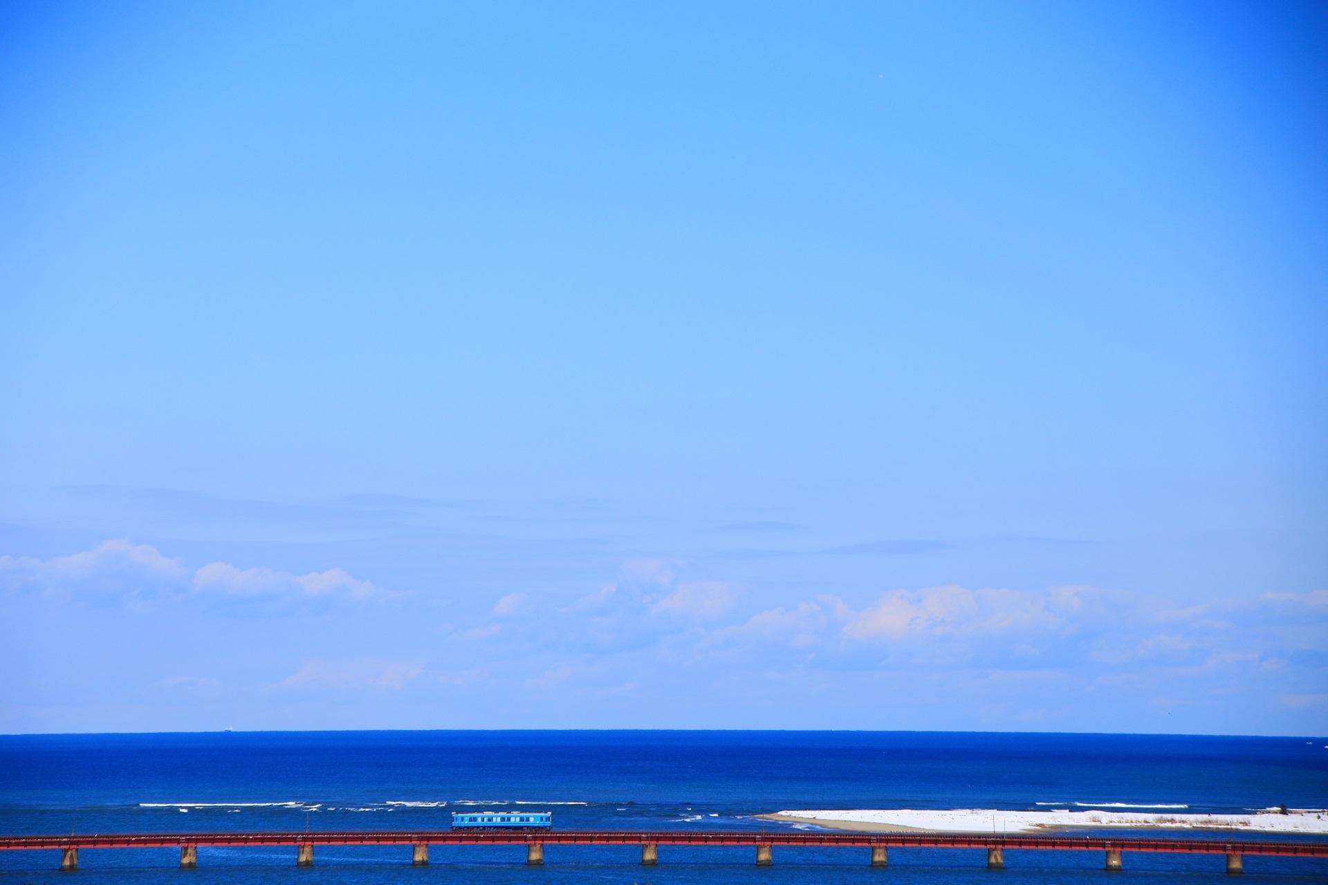 青い海の上を走る由良川橋梁の京都丹後鉄道