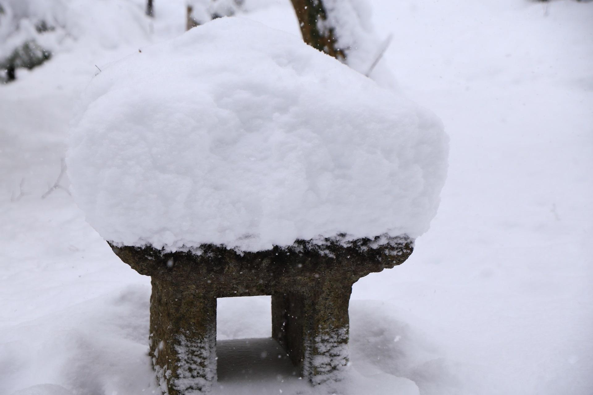 雪がいっぱい積もった祇王寺の燈篭