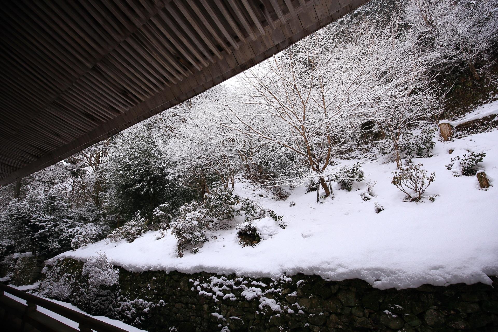 勝林院の本堂裏の雪