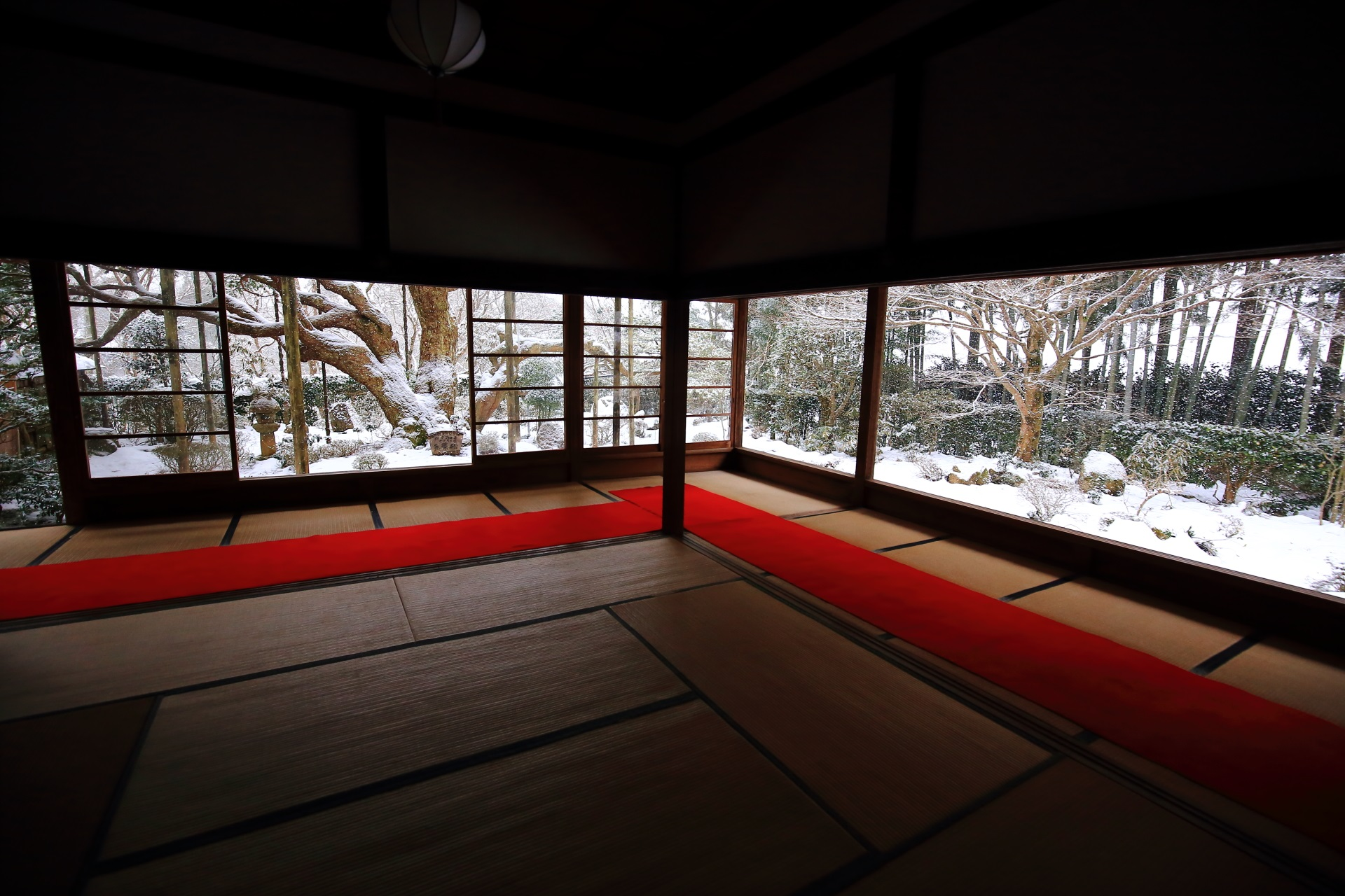 宝泉院 雪 京都大原の冬の白い額縁の庭園