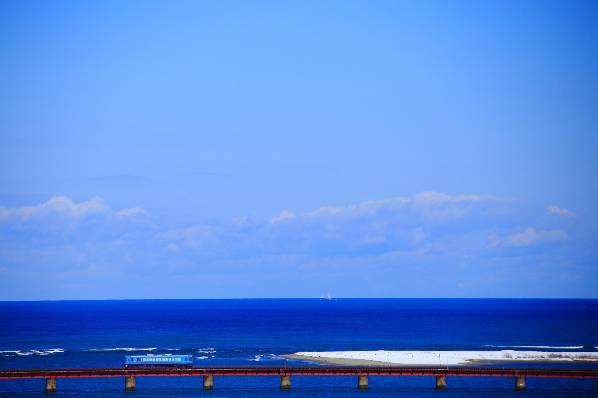 由良川橋梁 雪と青空 海を走る電車 京都丹後鉄道