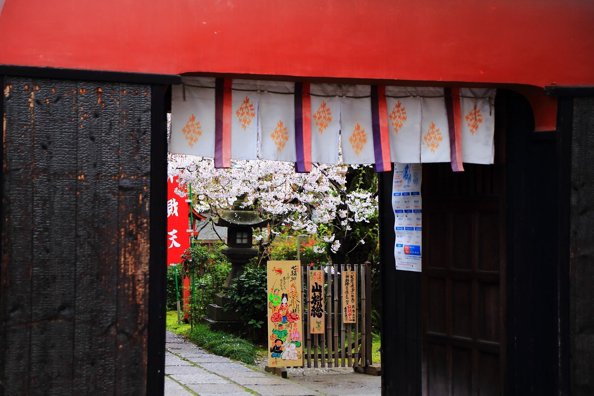 龍宮門から見える桜