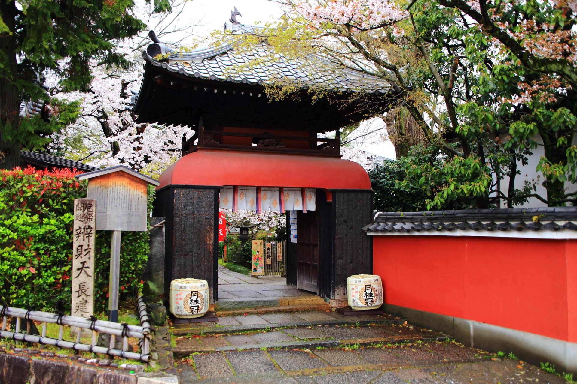 奥には桜が見える長建寺の独特の龍宮門