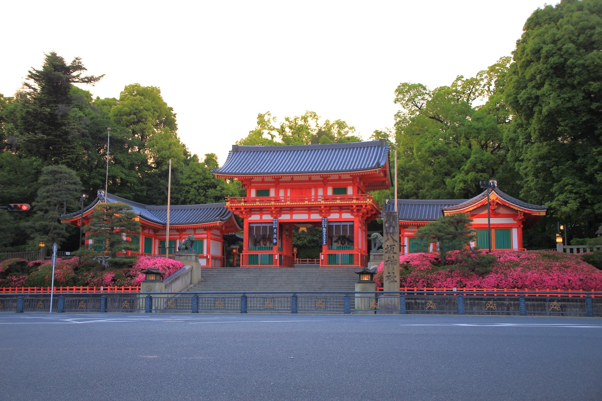 数時間後の喧騒が嘘のようにひっそりとした八坂神社と皐月