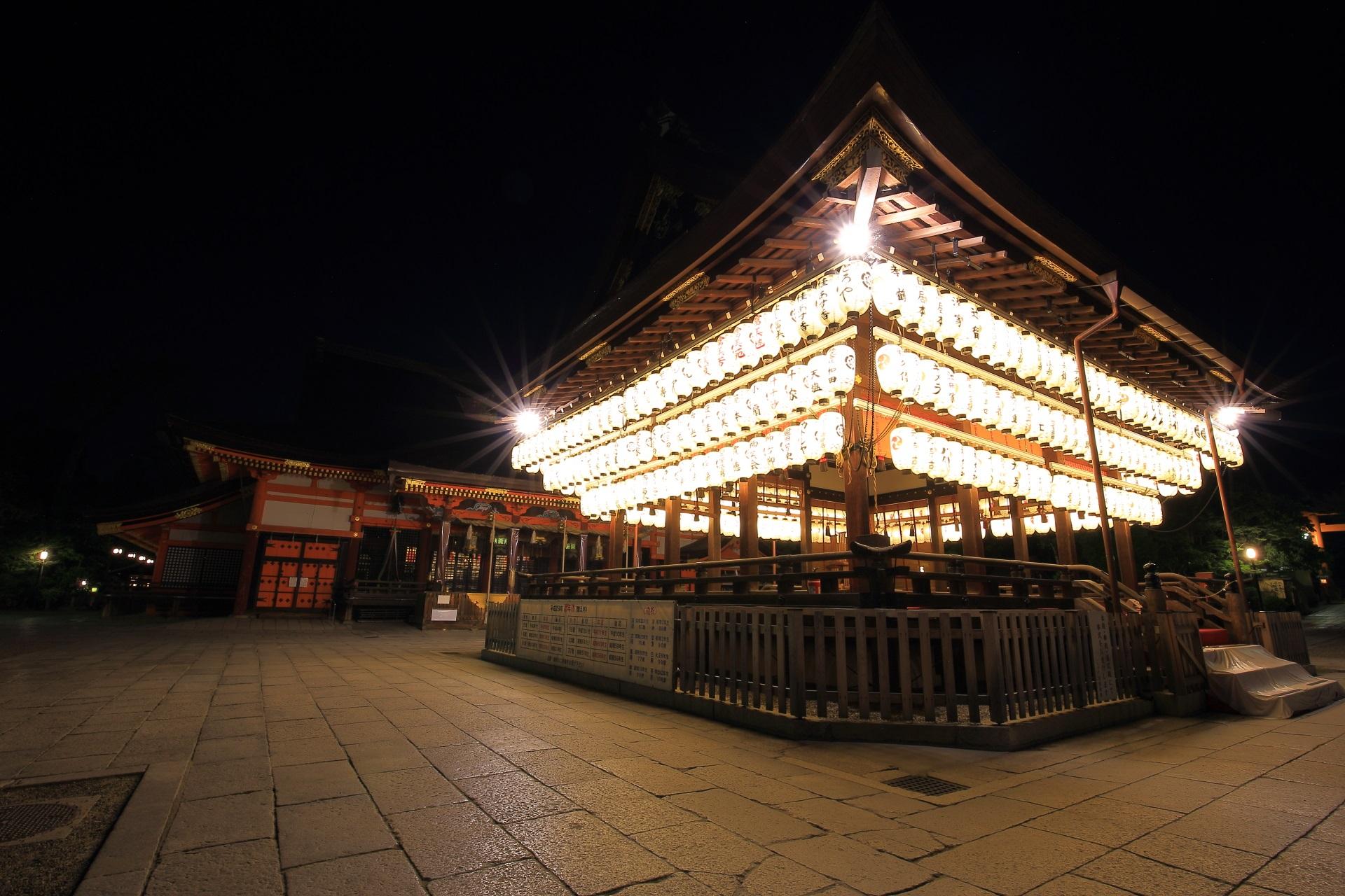幻想的な夜の八坂神社の拝殿と本殿