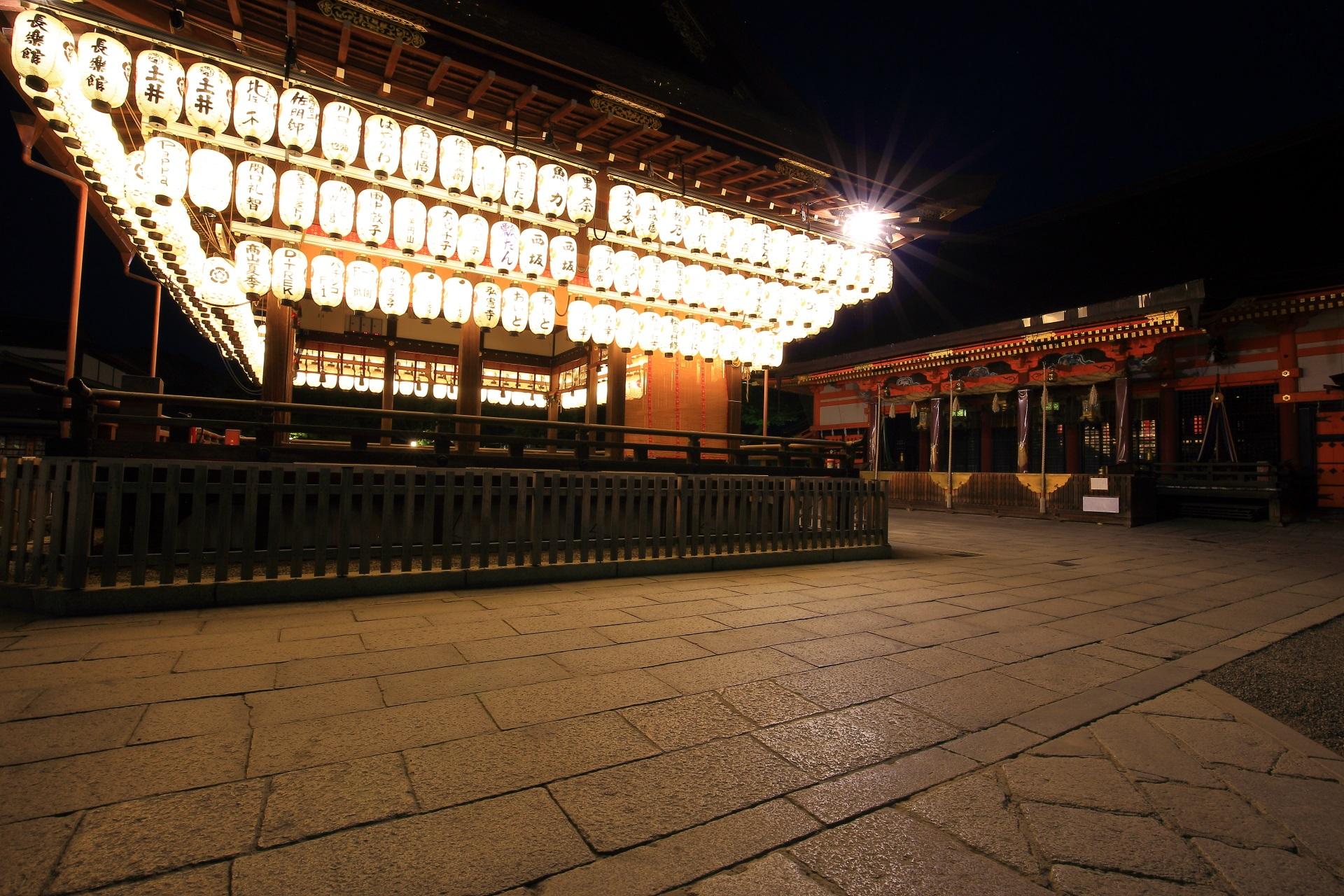 提燈と石畳が綺麗な夜の拝殿