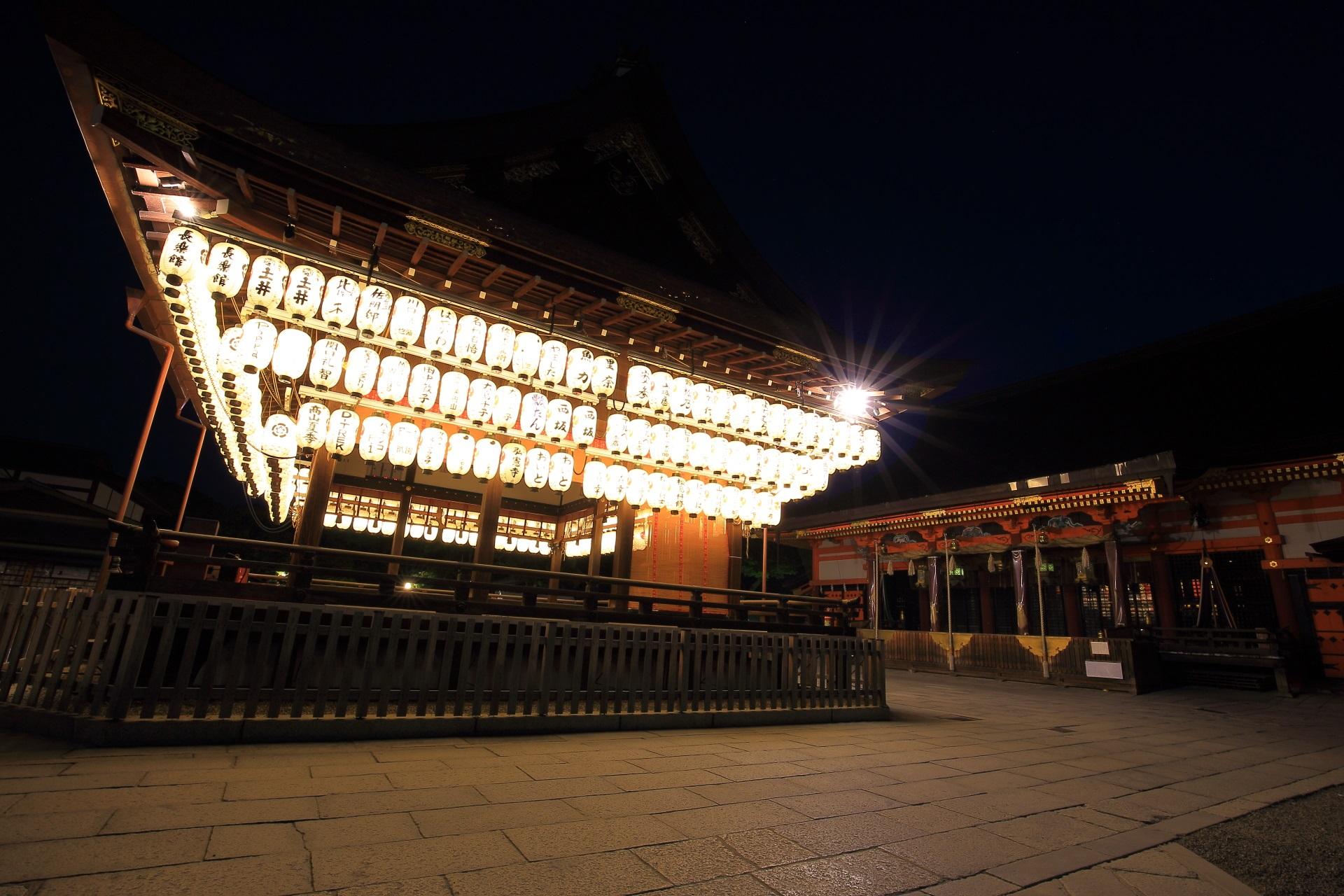 拝殿と本殿の夜景