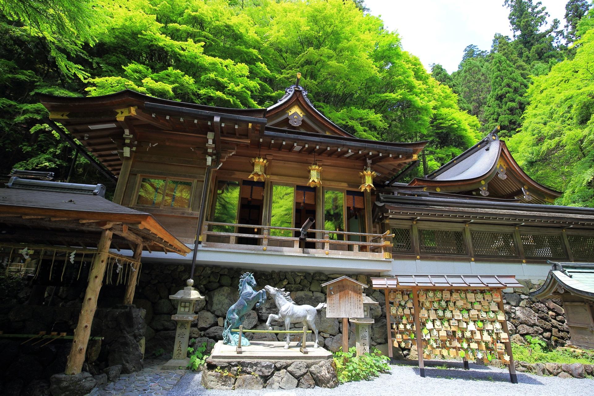 緑につつまれた貴船神社の美しい本宮