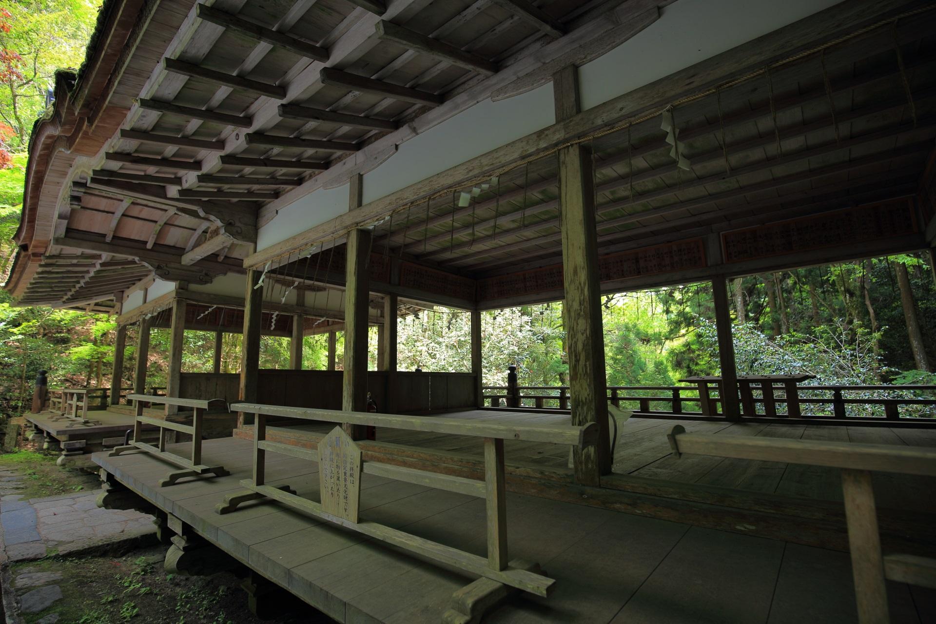 由岐神社の風情ある拝殿
