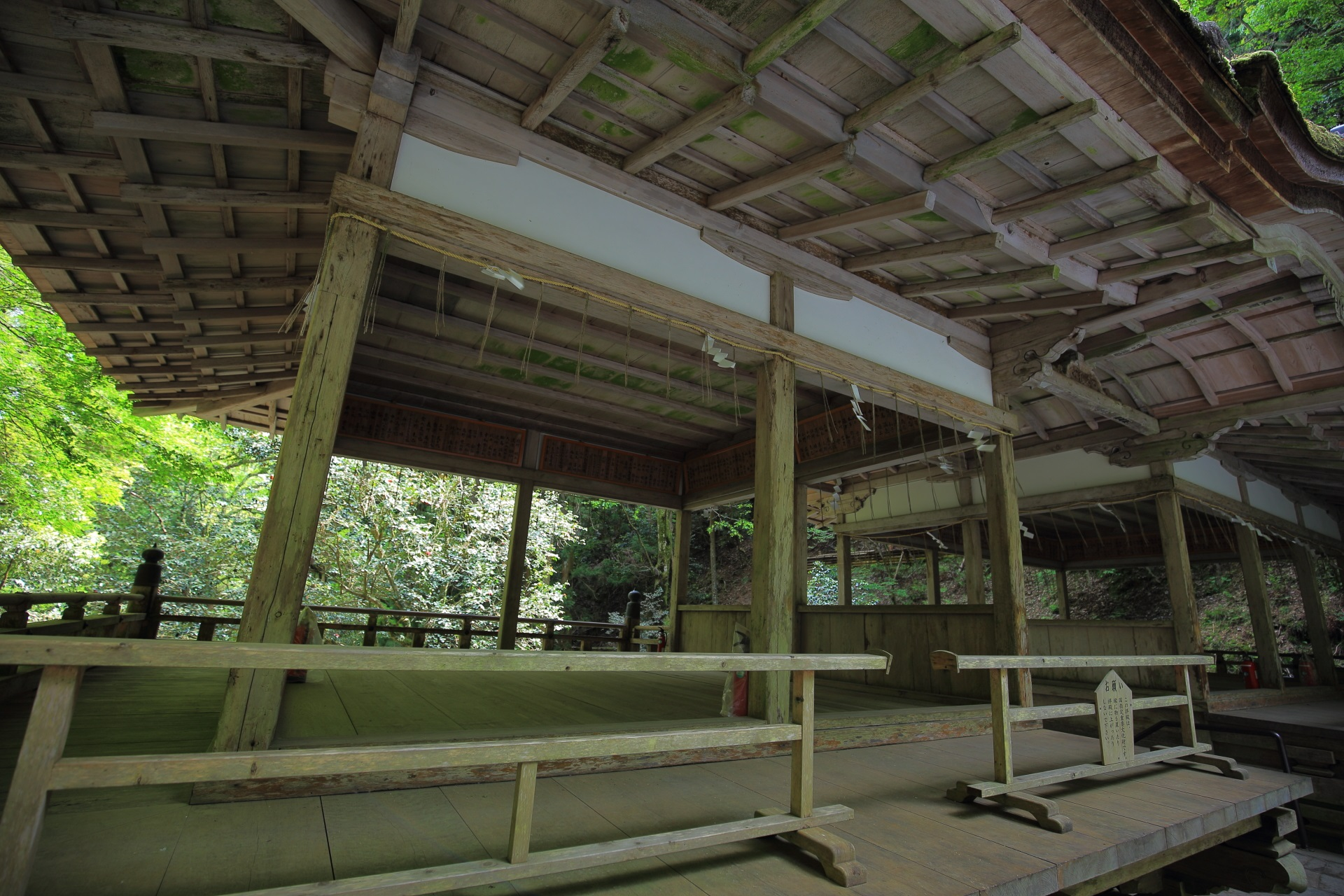 由岐神社の立派な木造の拝殿