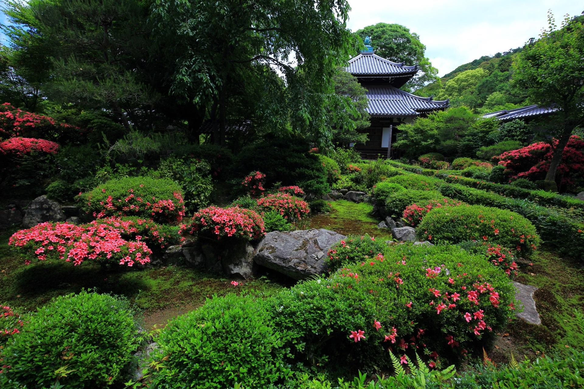 山門をくぐれば広がる緑とピンクの庭園
