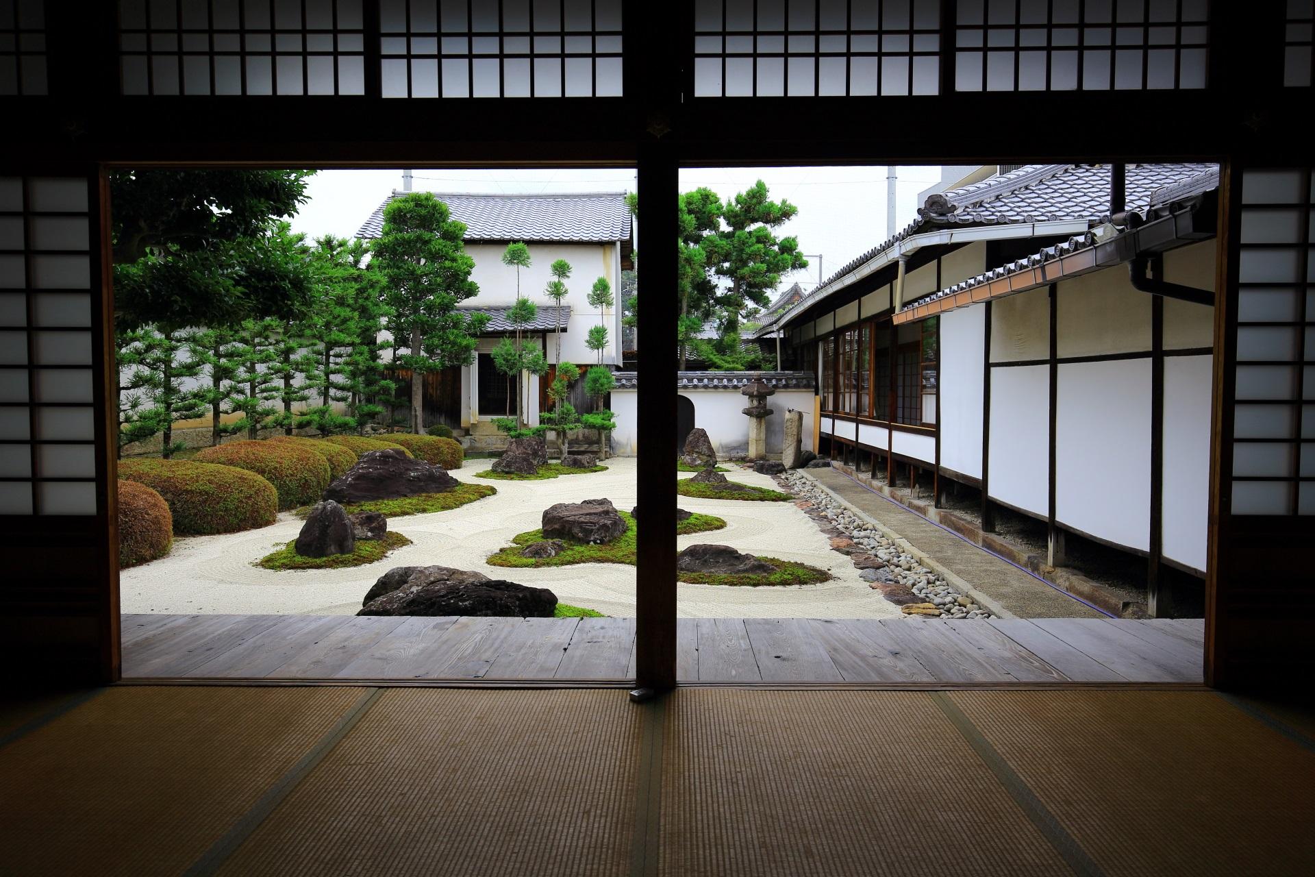 妙蓮寺の表書院から眺めた十六羅漢石庭
