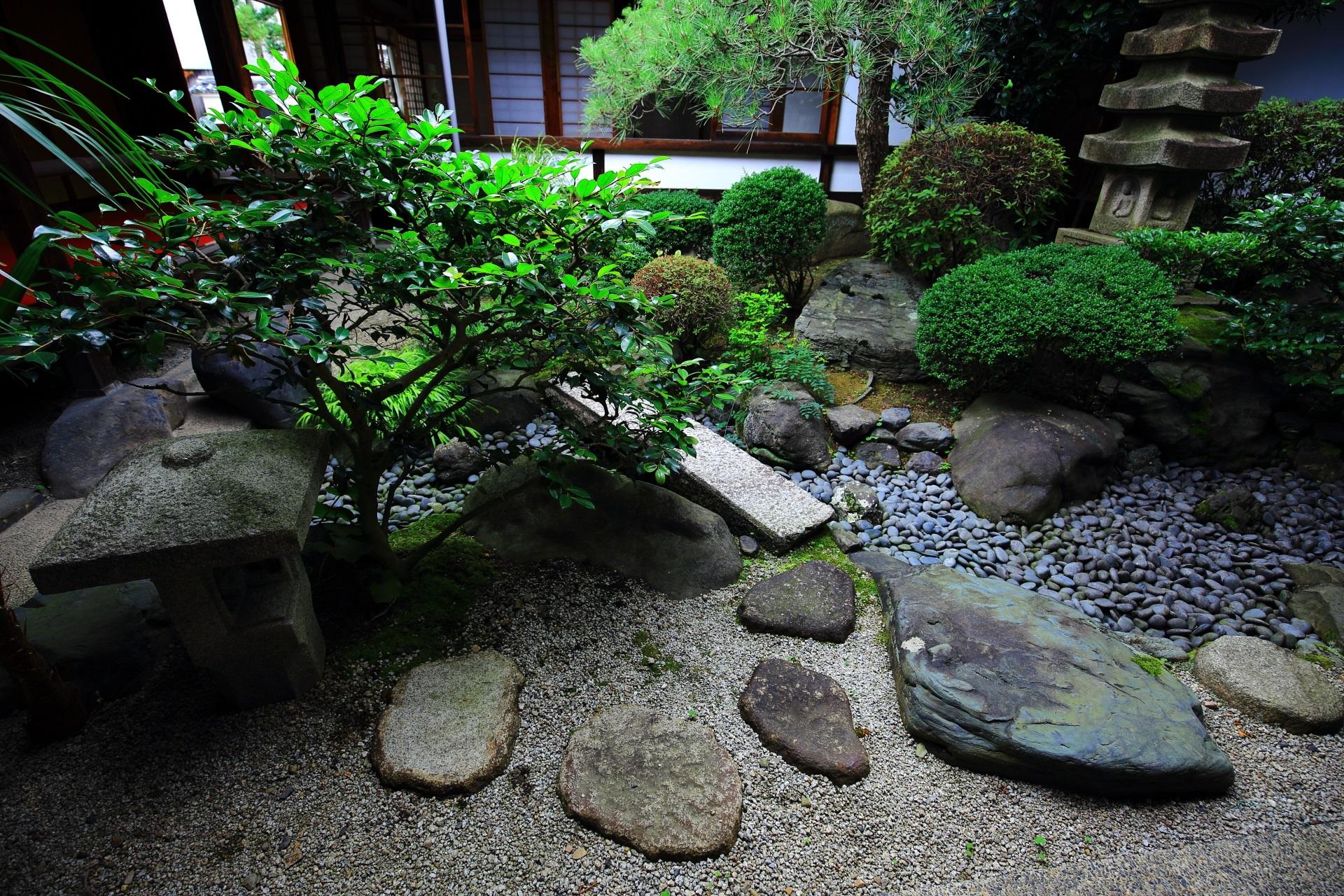 妙蓮寺の燈籠と飛び石の配された緑の綺麗な中庭