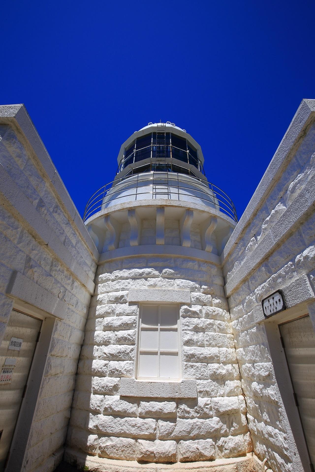 青空に映える京丹後の見事な白い経ヶ岬灯台