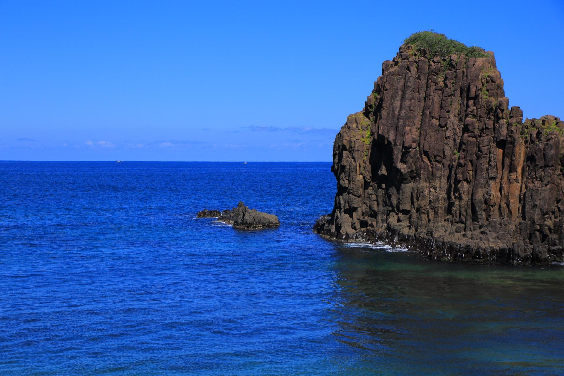 立岩と京丹後の美しいコバルトブルーの海