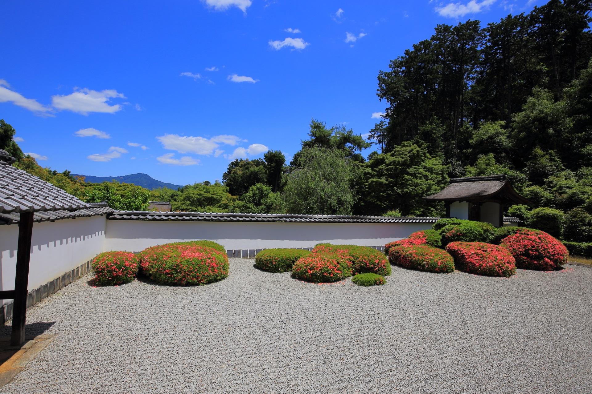 爽快な青空と優美な庭園に浮かび上がる比叡山