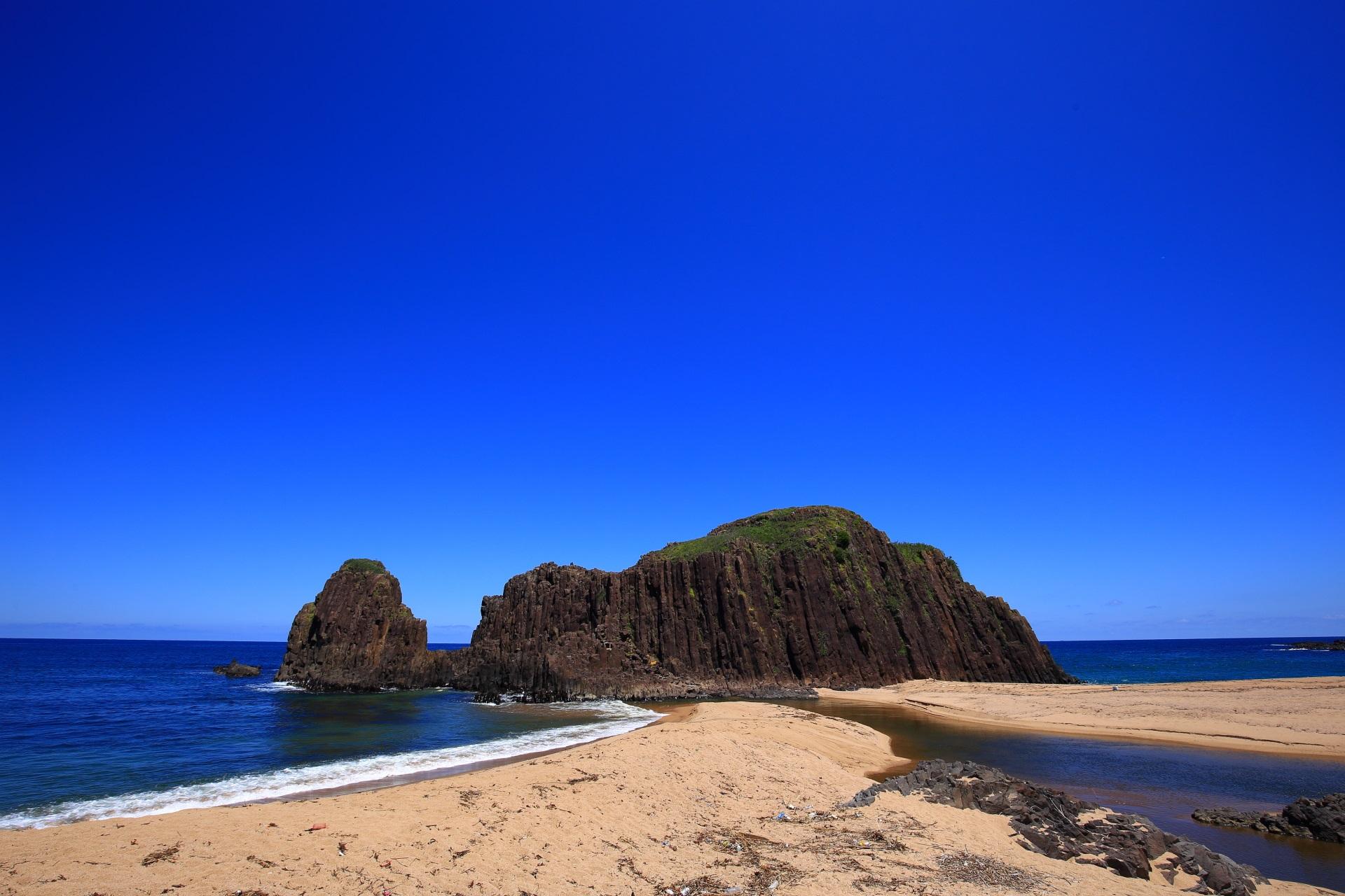 一生もんの京丹後の名所である立岩と青い空と海
